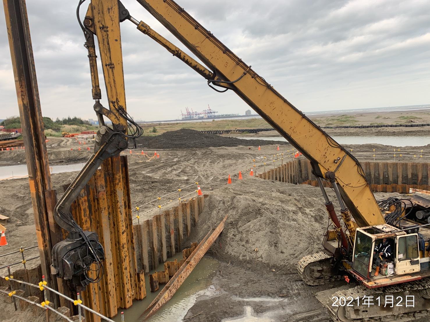 河中段基礎擋土圍堰鋼板樁打設作業.
