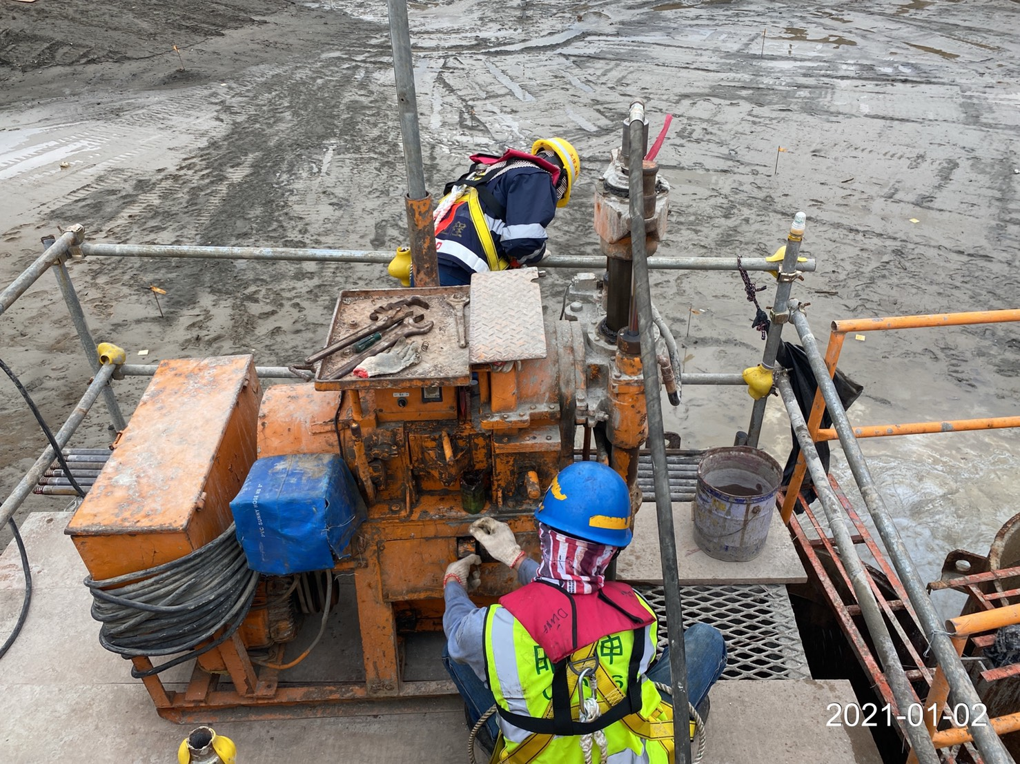 河中段圍堰鋼管板樁榫間高壓灌漿施工.