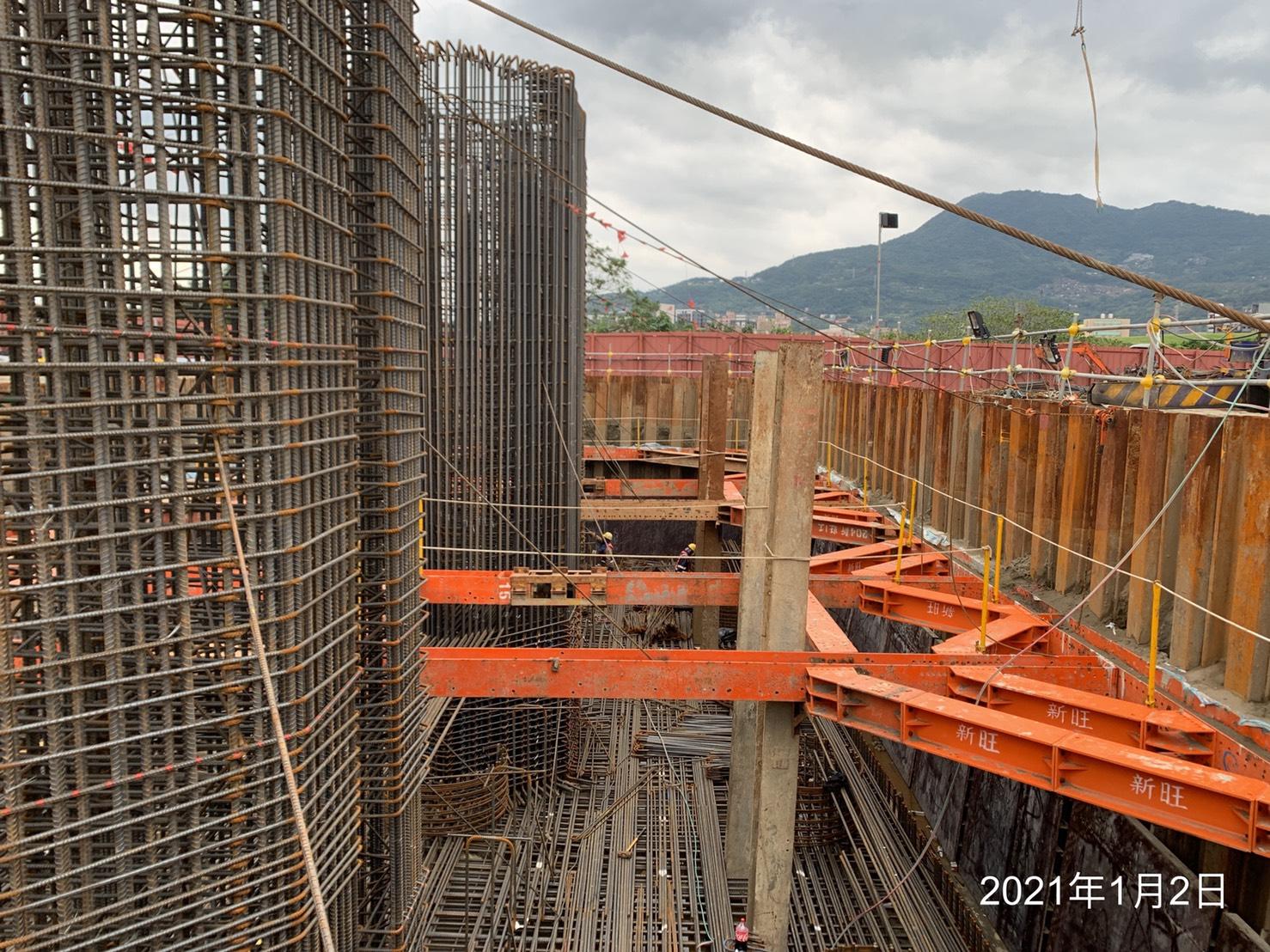 陸上段橋墩墩柱基礎版鋼筋綁紮施工情況.