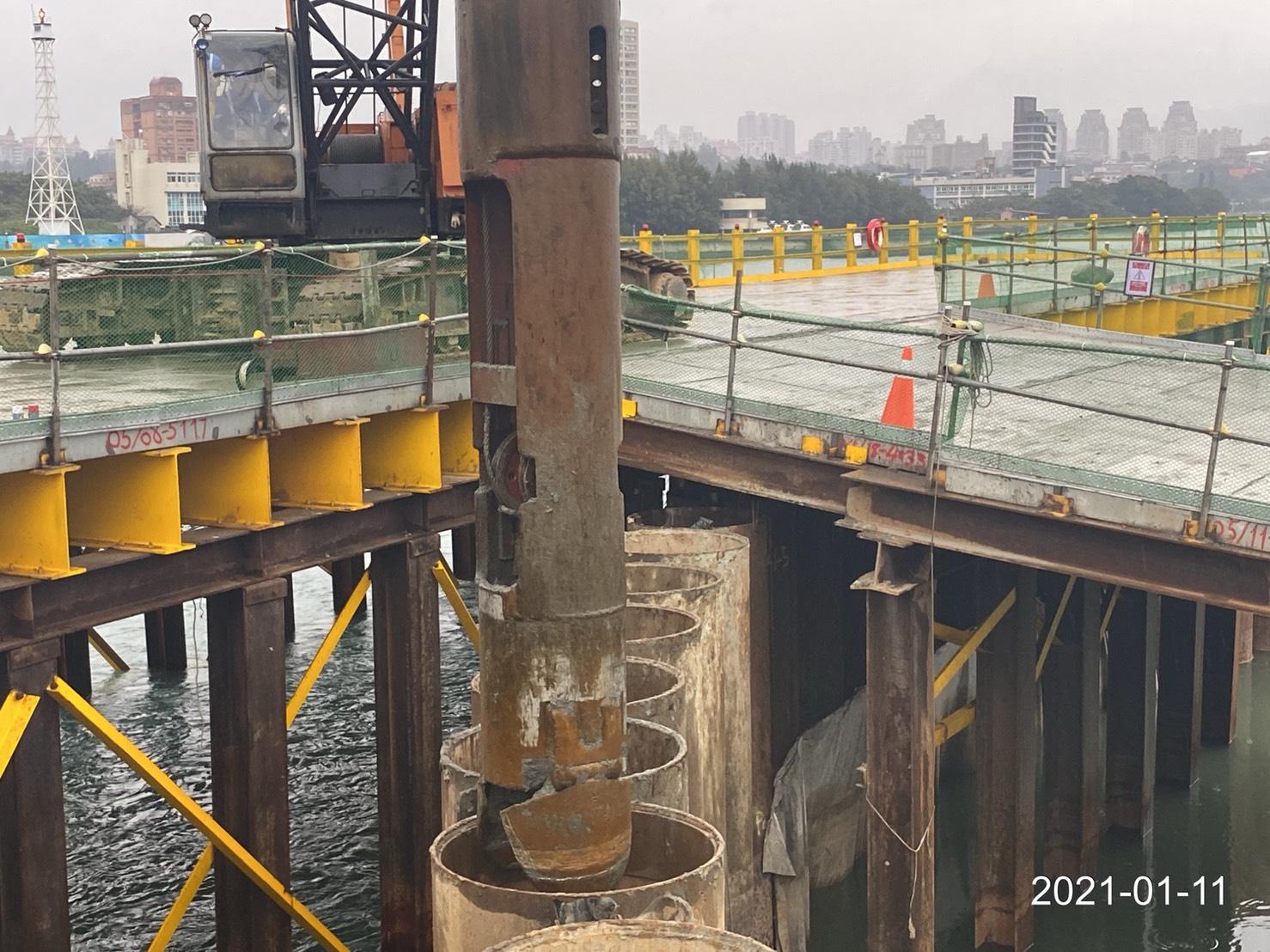 河中段P130鋼管板樁內土方挖掘取出