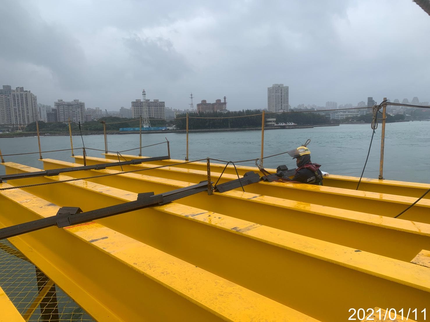 淡水端施工便橋橫樑角鐵固定銲接
