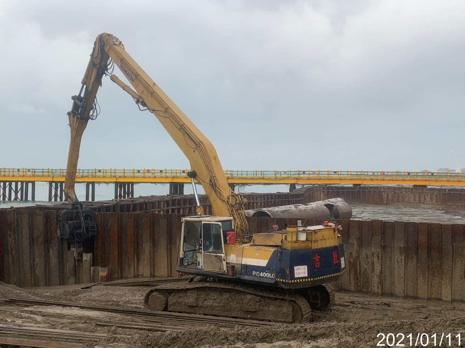淡水端大圍堰鋼板樁打設