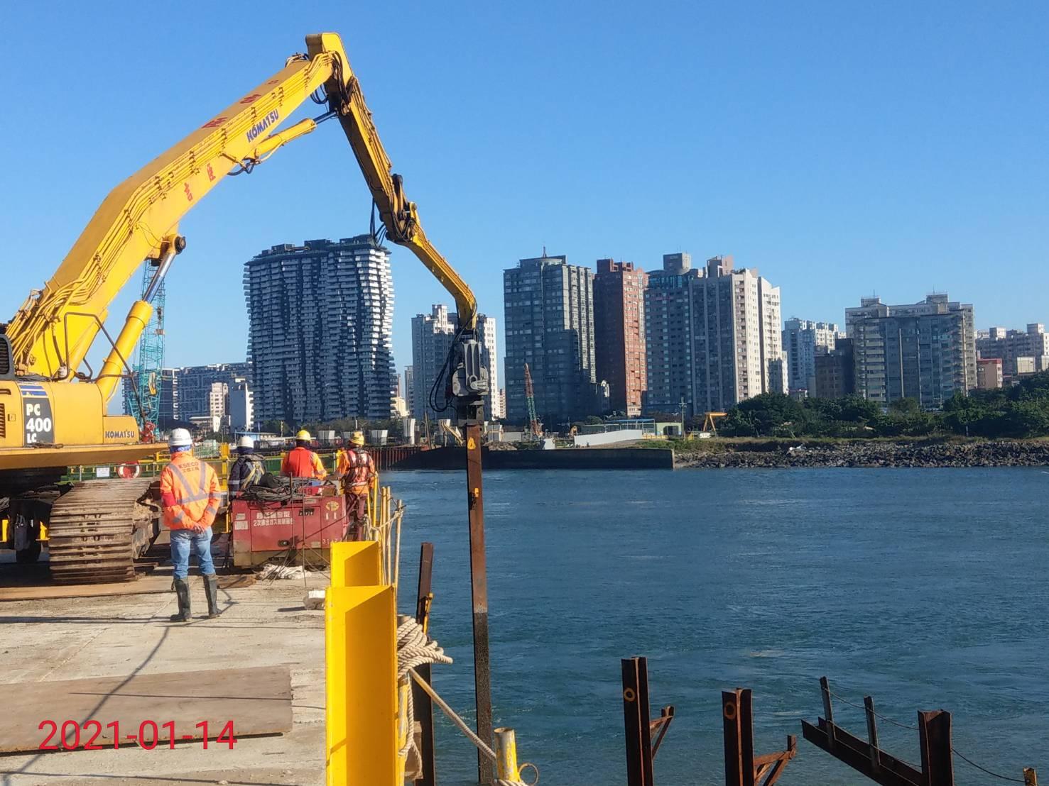 淡水端施工便橋第46-A跨立柱接樁打設