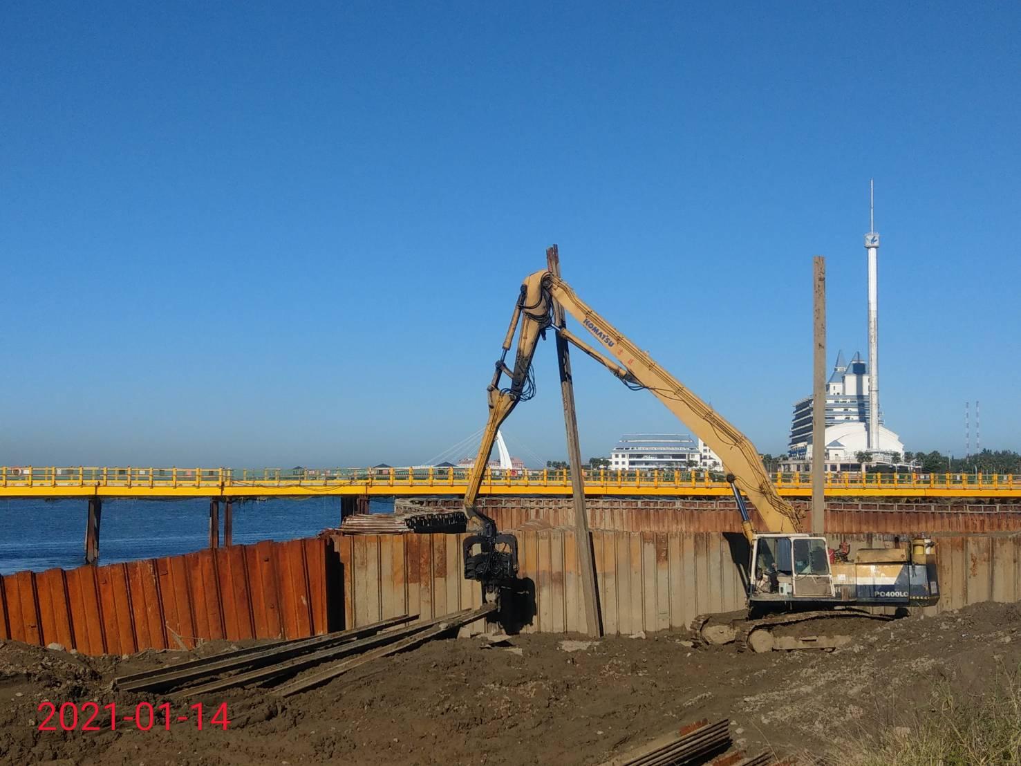 淡水端導流圍堰鋼板樁打設