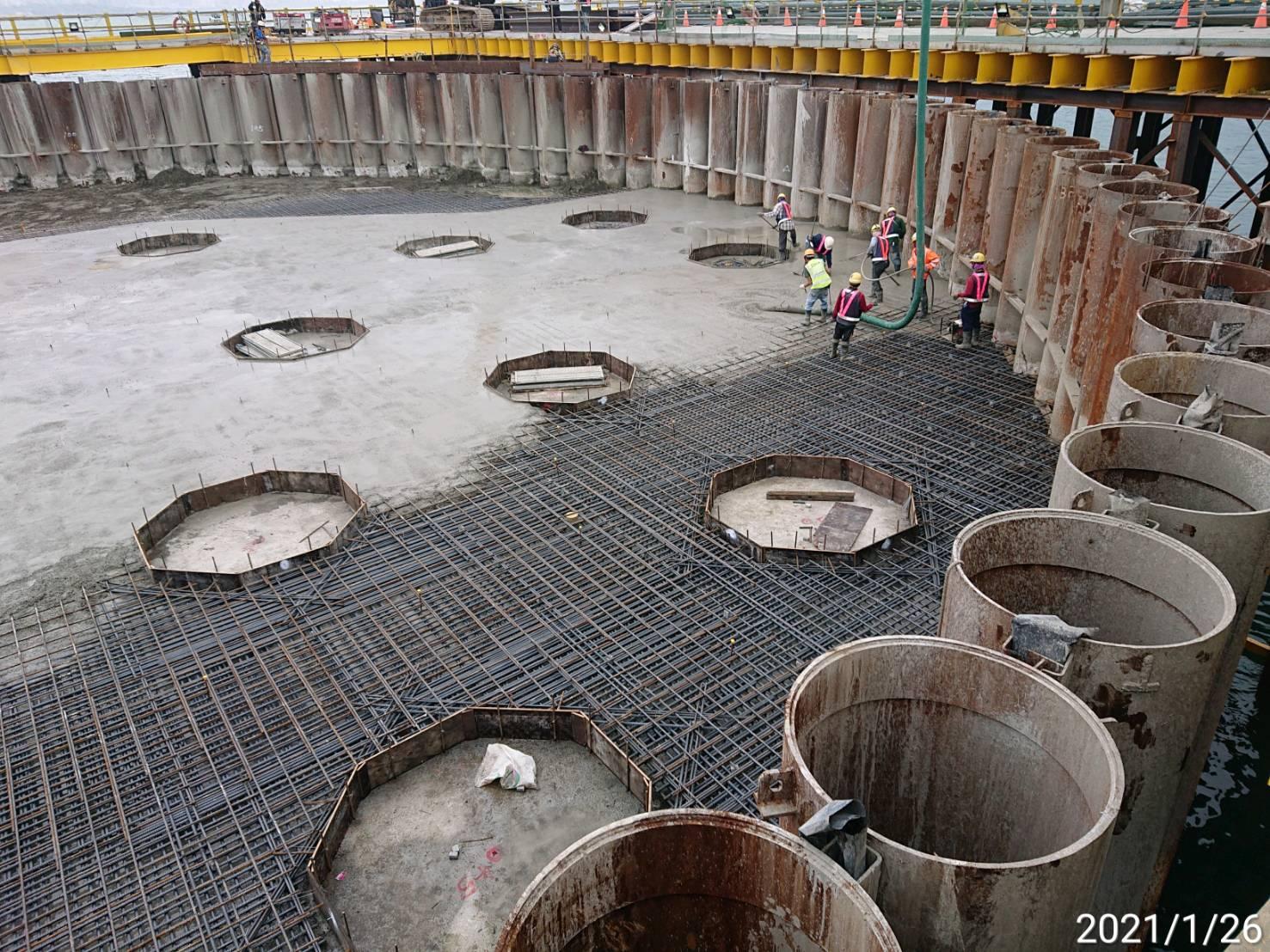 河中段主橋塔圍堰內基樁施工用之RC版混凝土澆置施工.