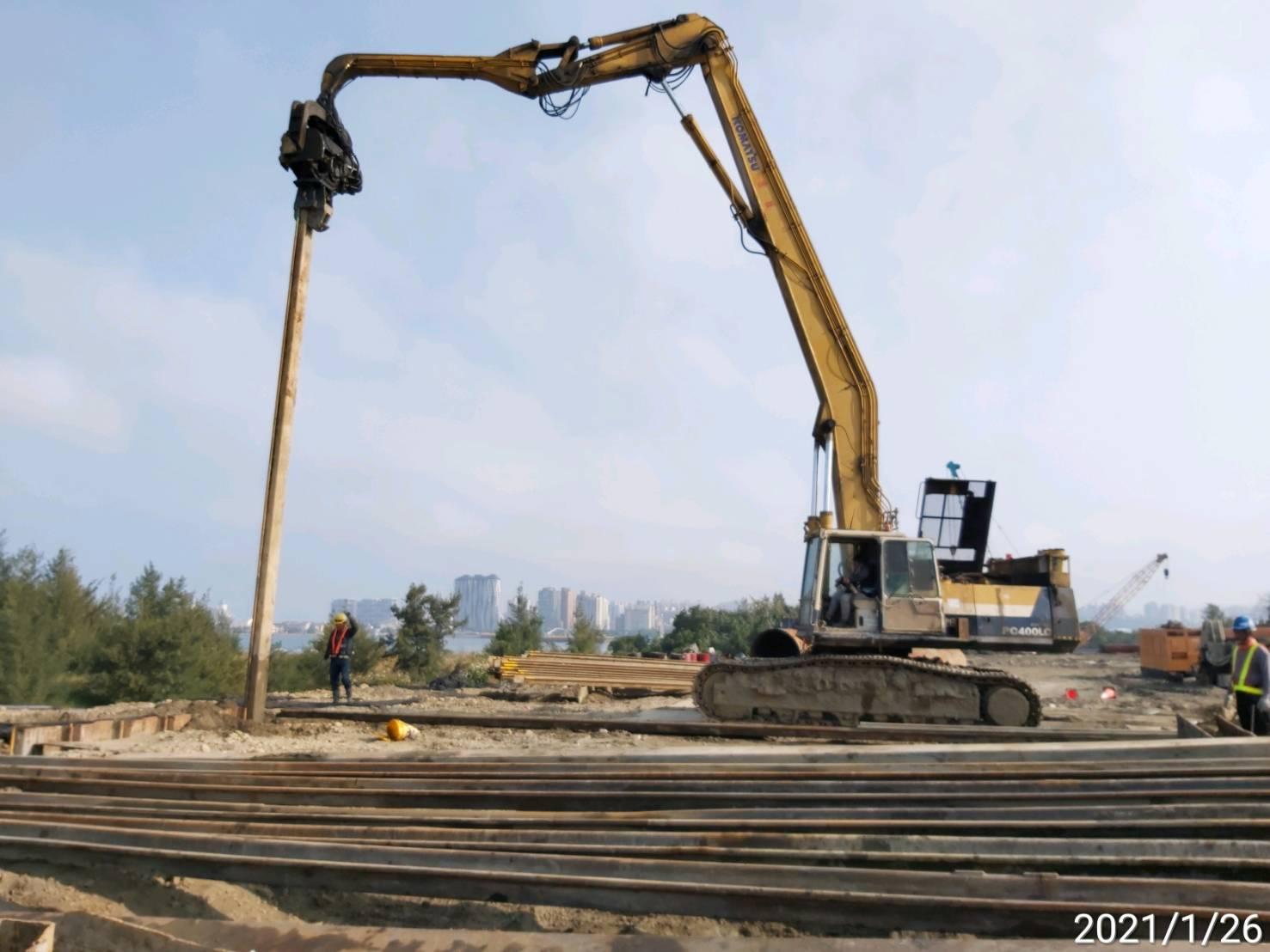 陸上段橋墩基礎擋土鋼板樁打設施工.