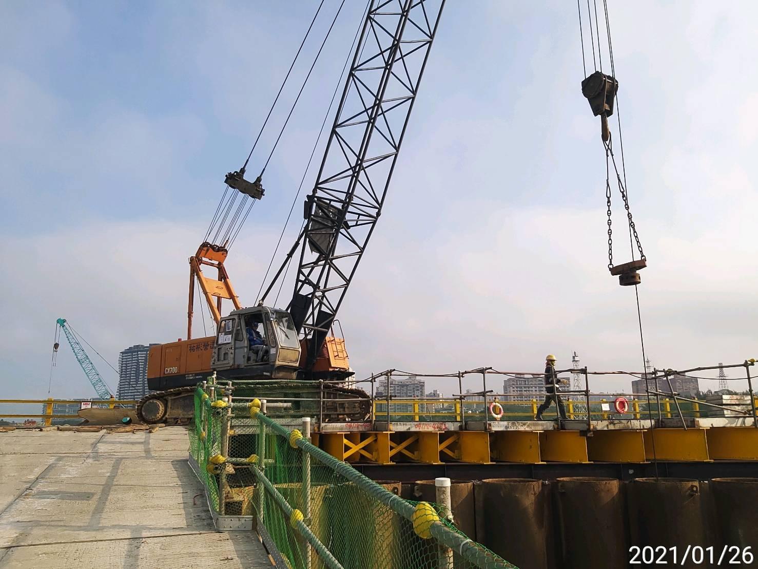 河中段主橋塔圍堰鋼管鈑樁管內取土施工.