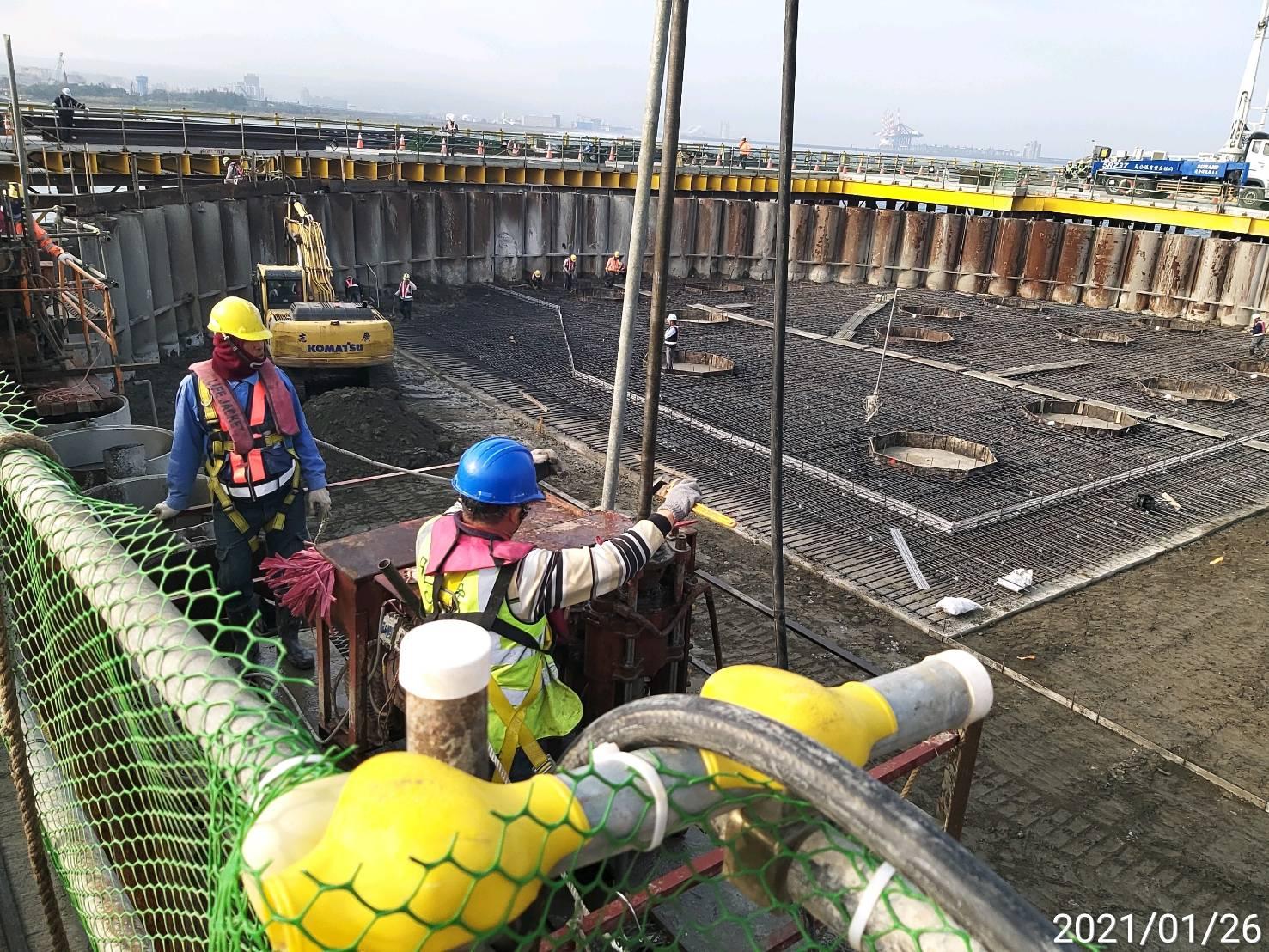河中段主橋塔圍堰鋼管鈑樁榫間JSG高壓灌漿施工.