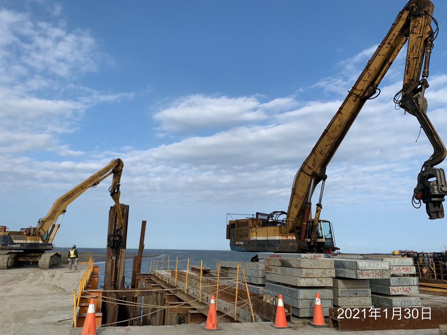 施工便橋構台鋼鈑樁打設作業.