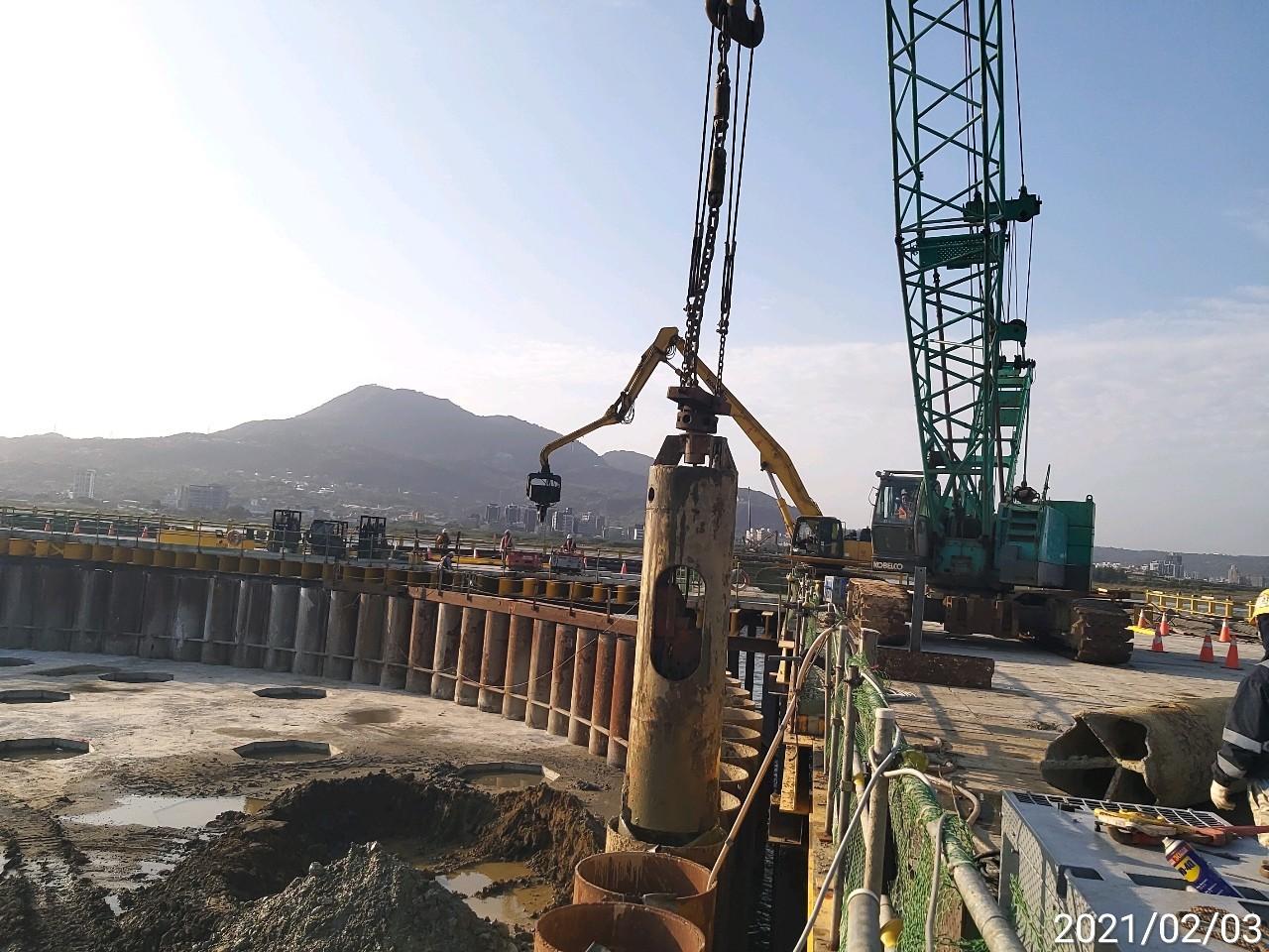主橋塔鋼管鈑樁管內取土作業.