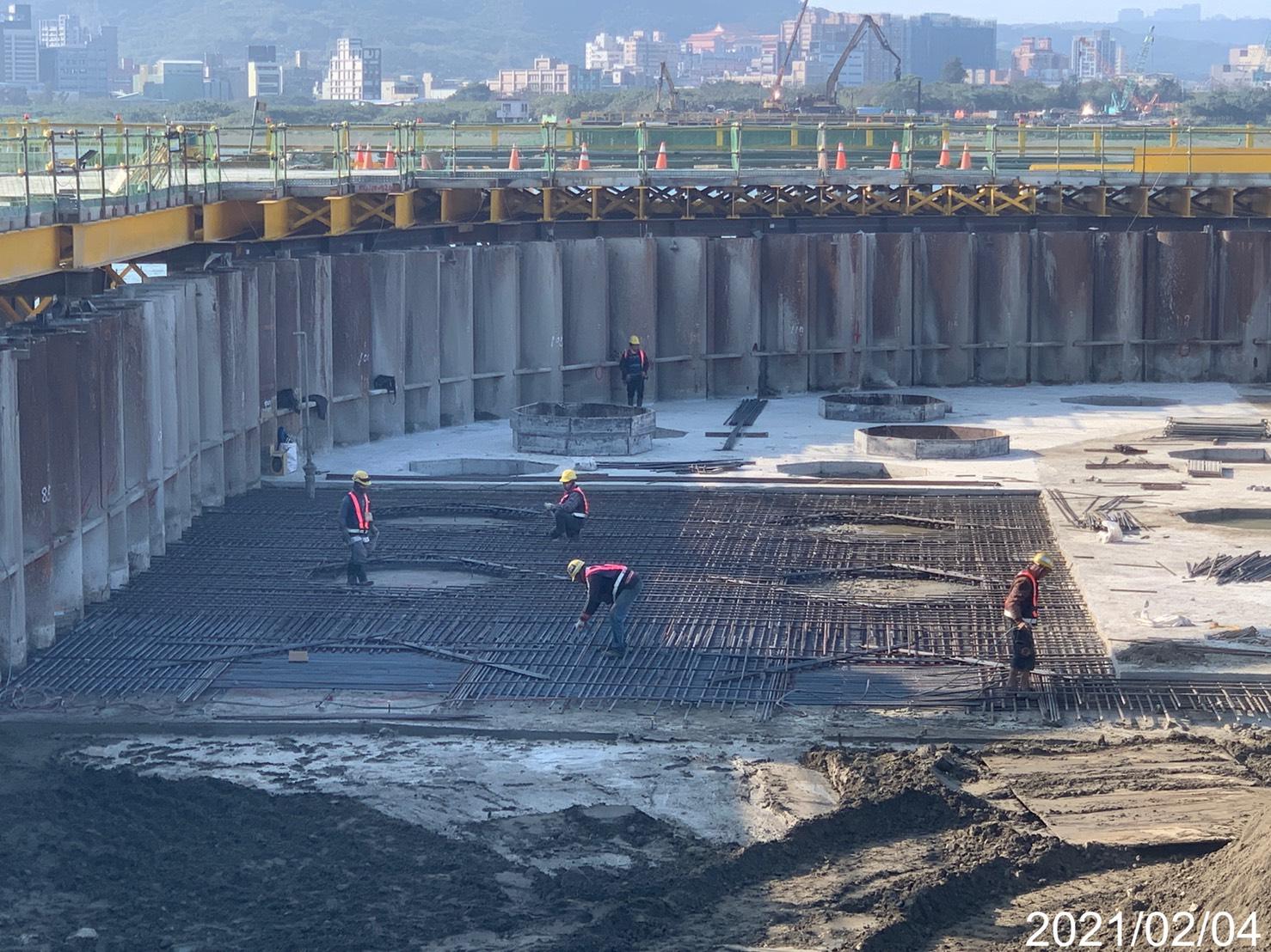 主橋塔圍堰內地坪RC版,鋼筋組紮作業.