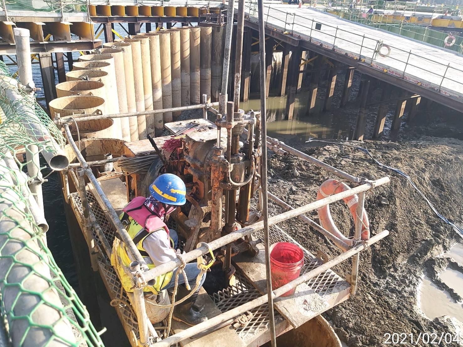 河中段主橋塔鋼管鈑樁榫間JSG灌漿作業.