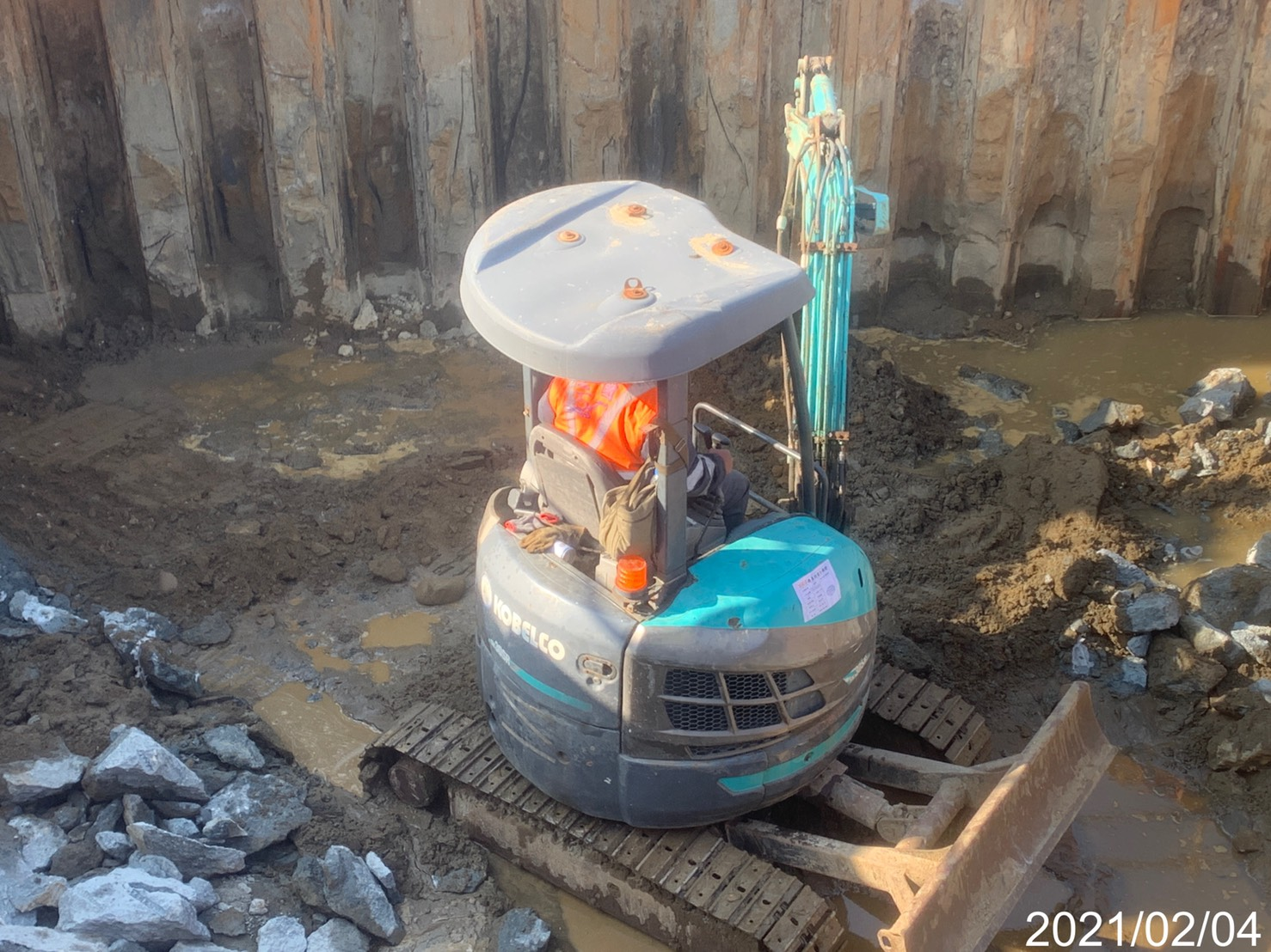 基礎內敲鑿修除樁頭劣質混凝土之作業.