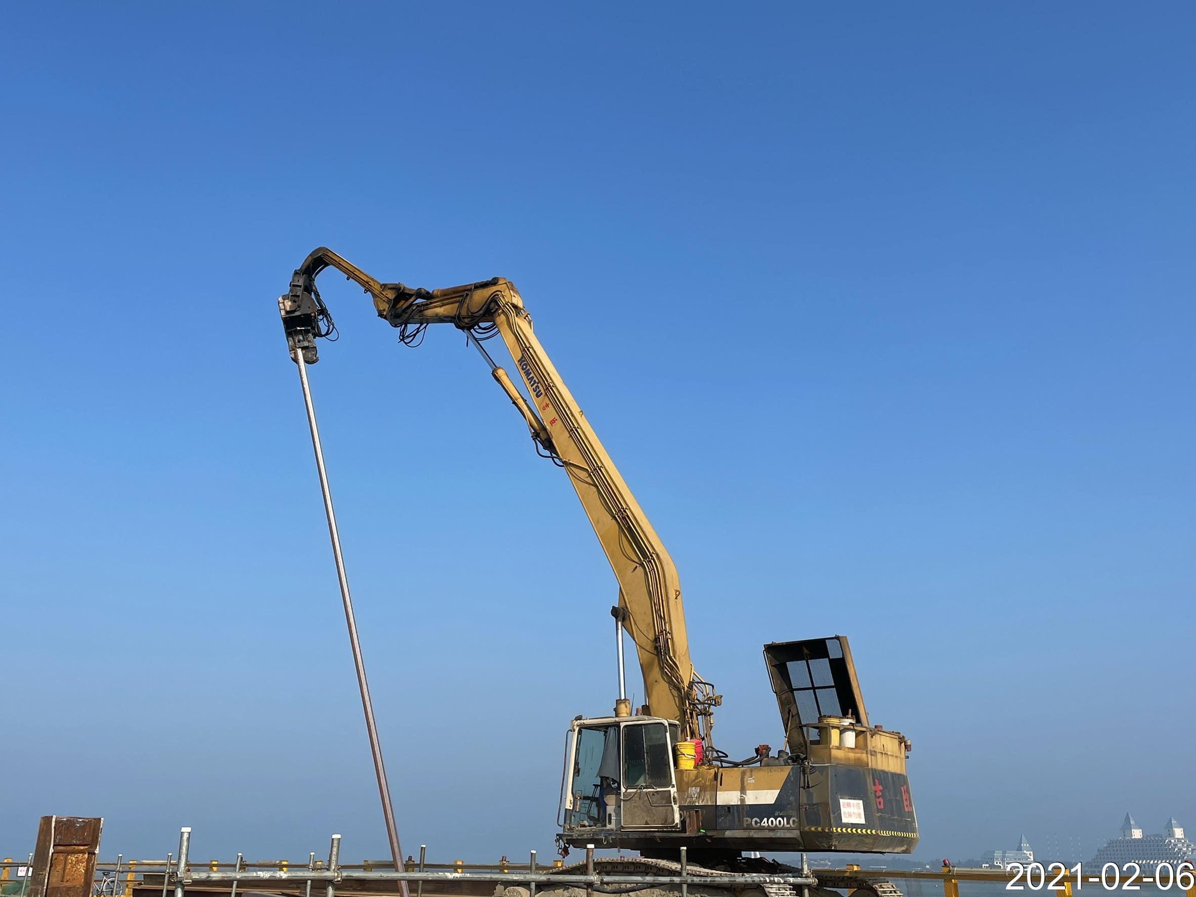 施工便橋構台中間柱型鋼打設作業.