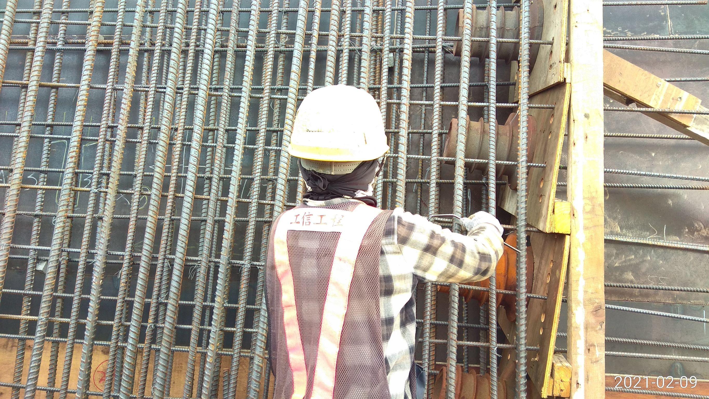 場撐段橋面板側翼牆面鋼筋綁紮.