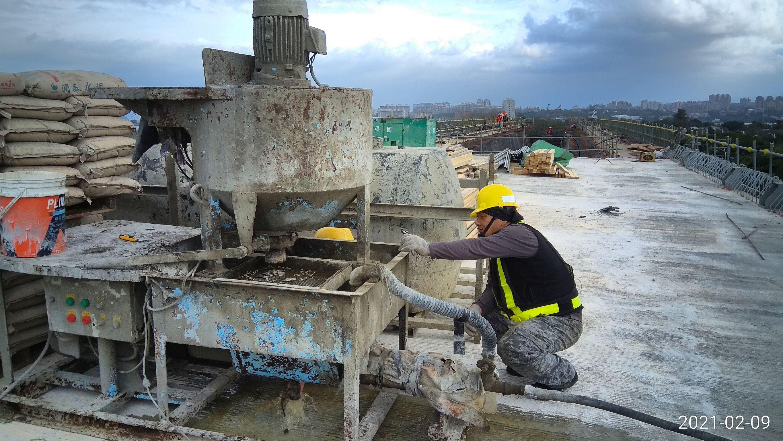 橋面版預力鋼絞線套管灌漿施工.