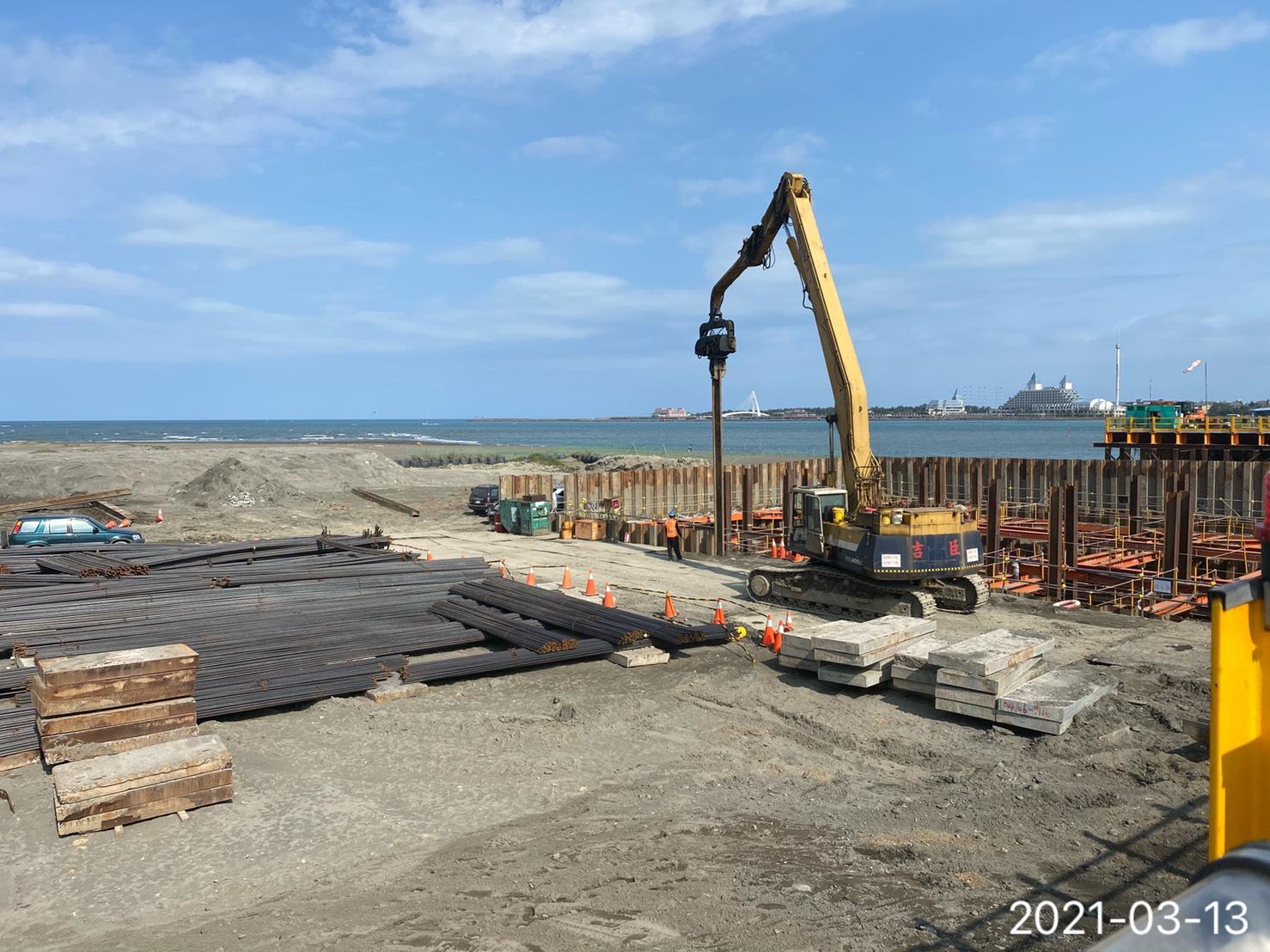 基礎圍堰鋼板樁打設.
