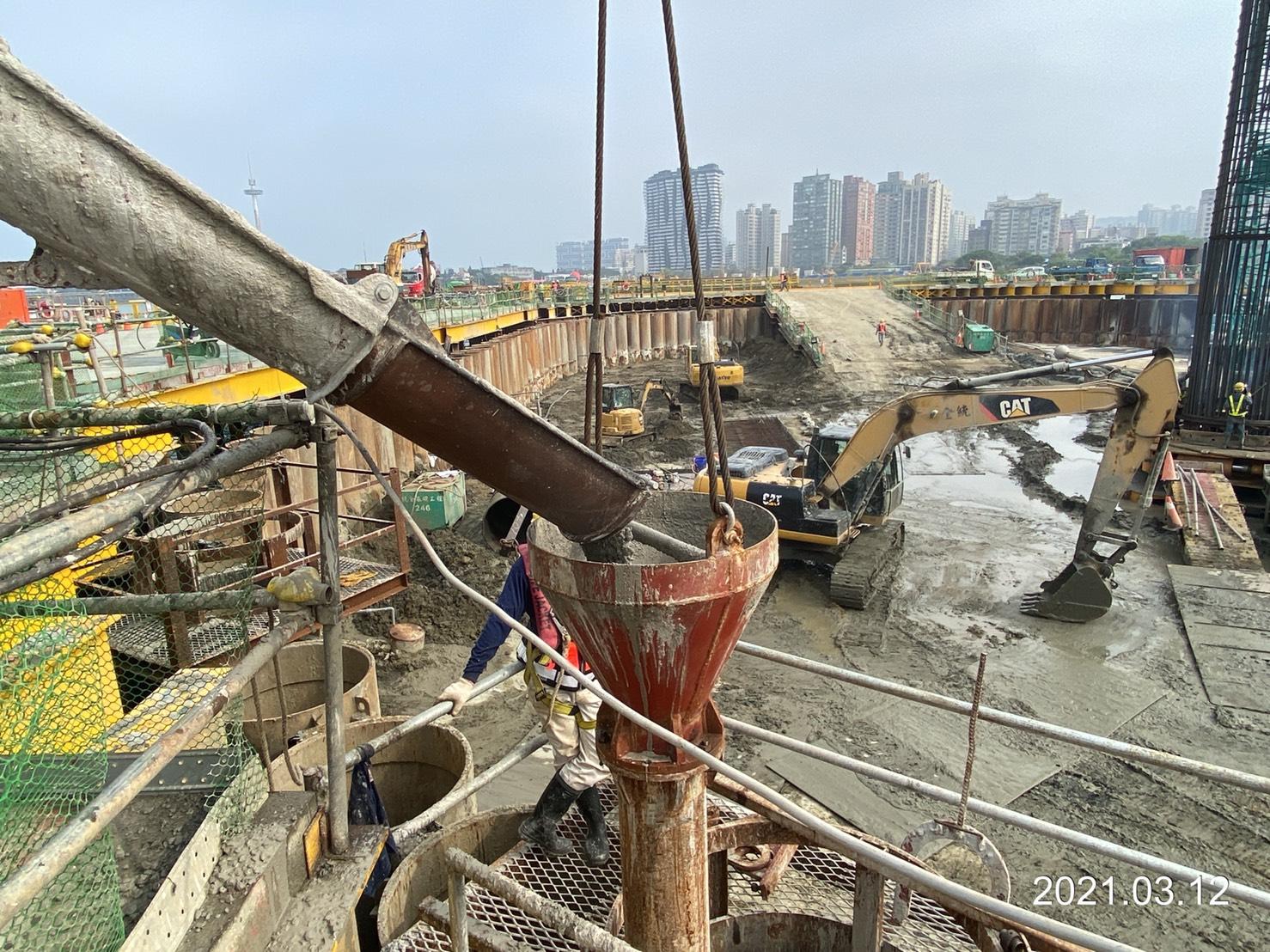 河中段主橋塔圍堰鋼管鈑樁管內RC回填.