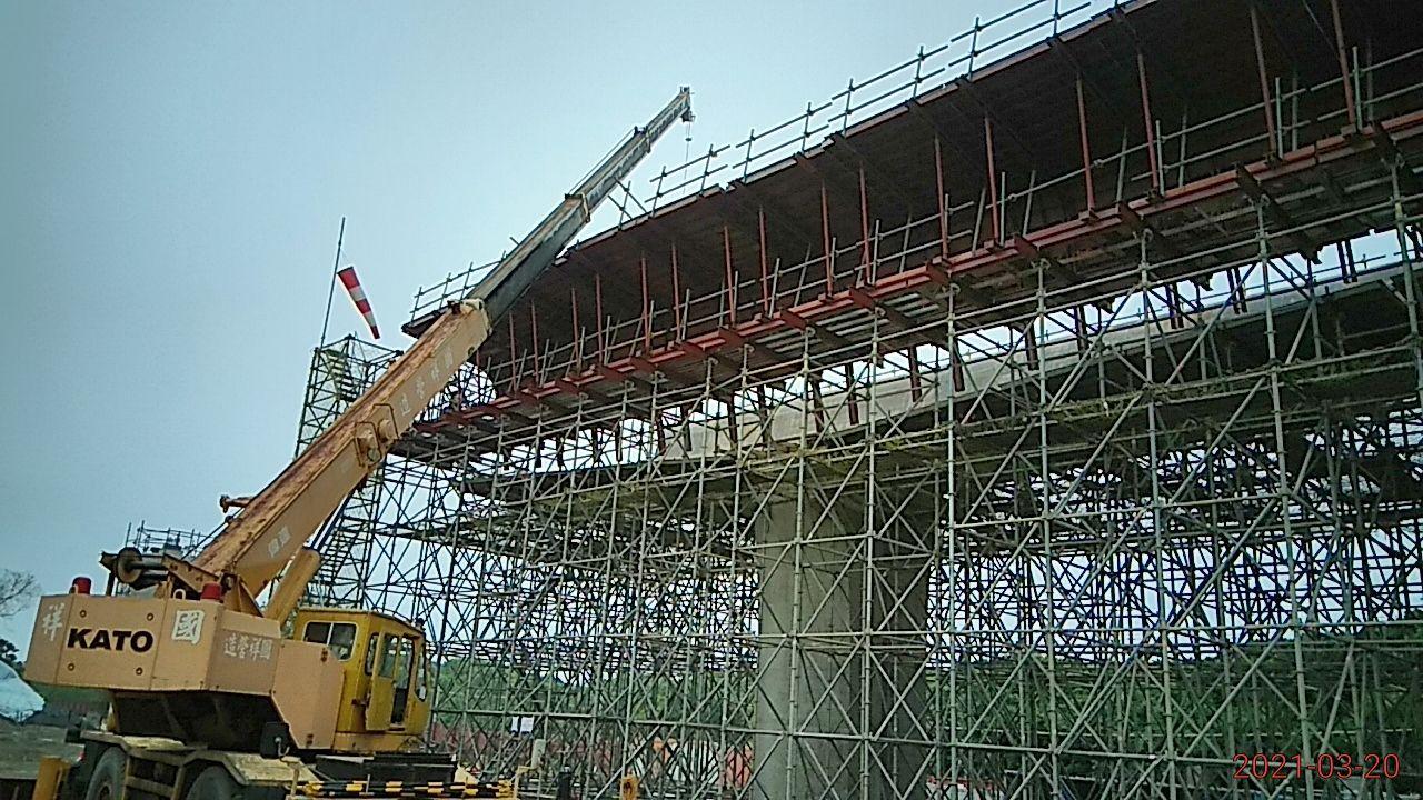 橋面版底.腹翼鋼模吊放安裝作業.