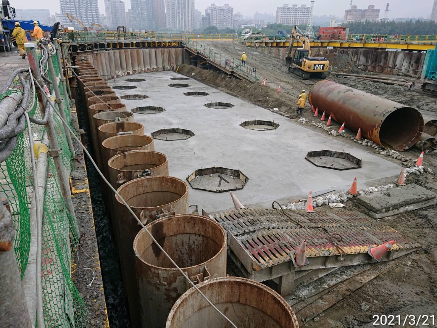河中段圍堰內地坪RC墊底版混凝土澆置作業情況.