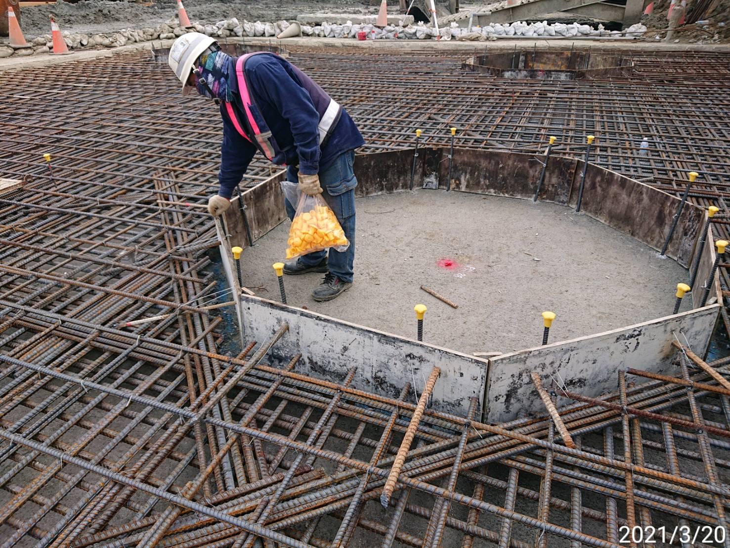 河中段圍堰內地坪RC墊底版鋼筋施工作業情況.