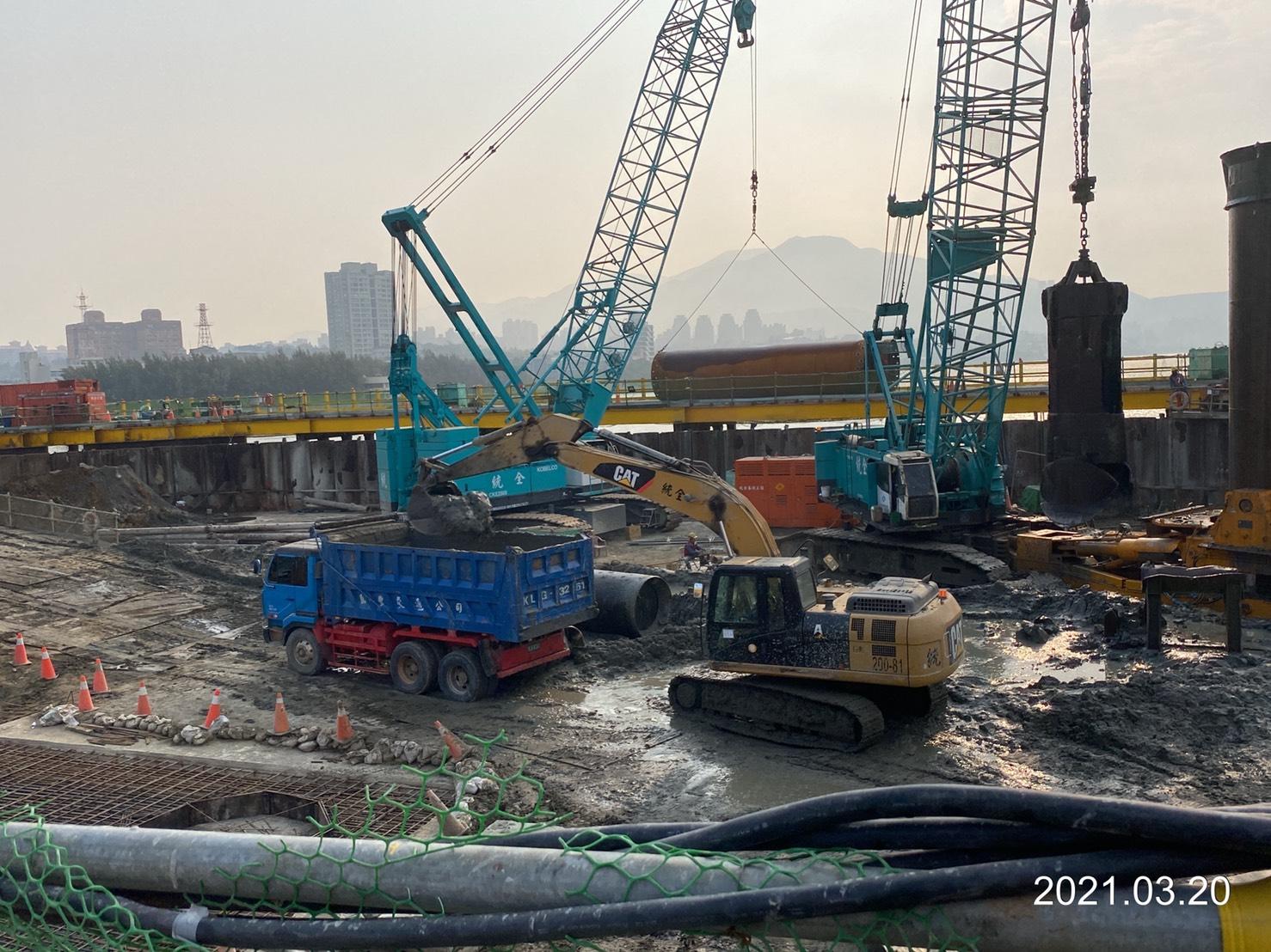 河中段圍堰內基樁工程作業情況.
