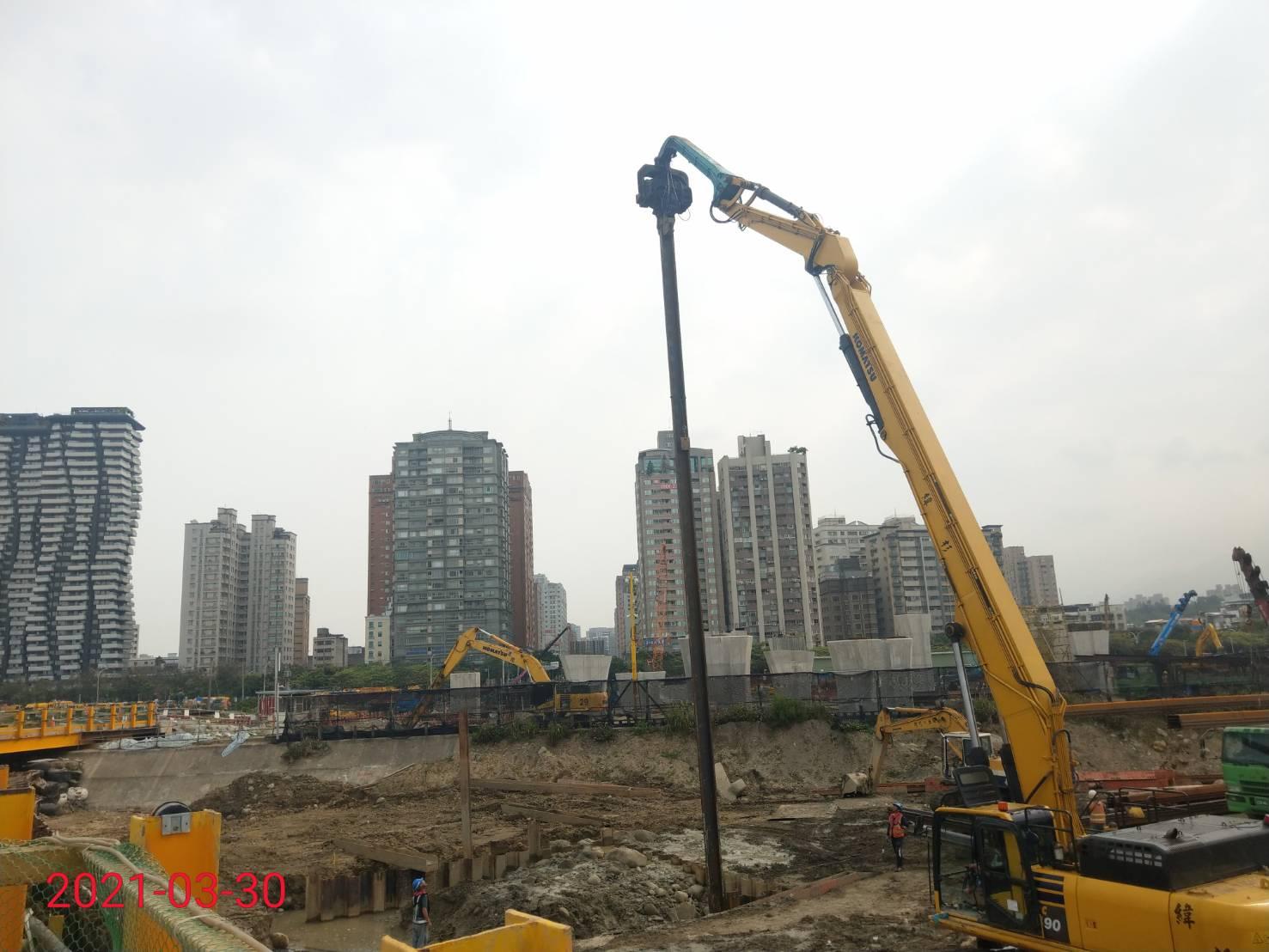 基礎圍堰鋼板樁打設施工.