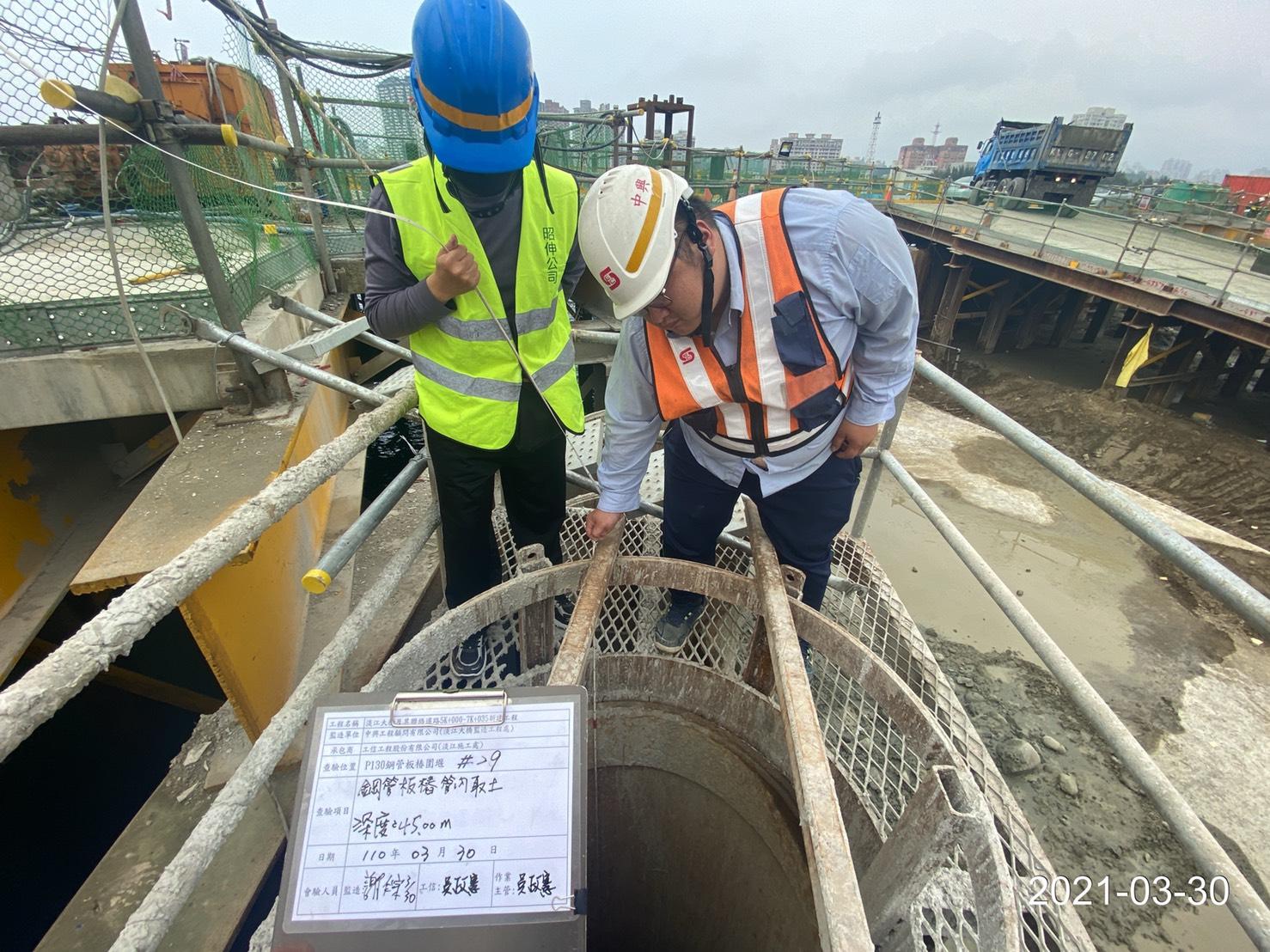 河中段圍堰鋼管鈑樁管內取土深度查驗作業.