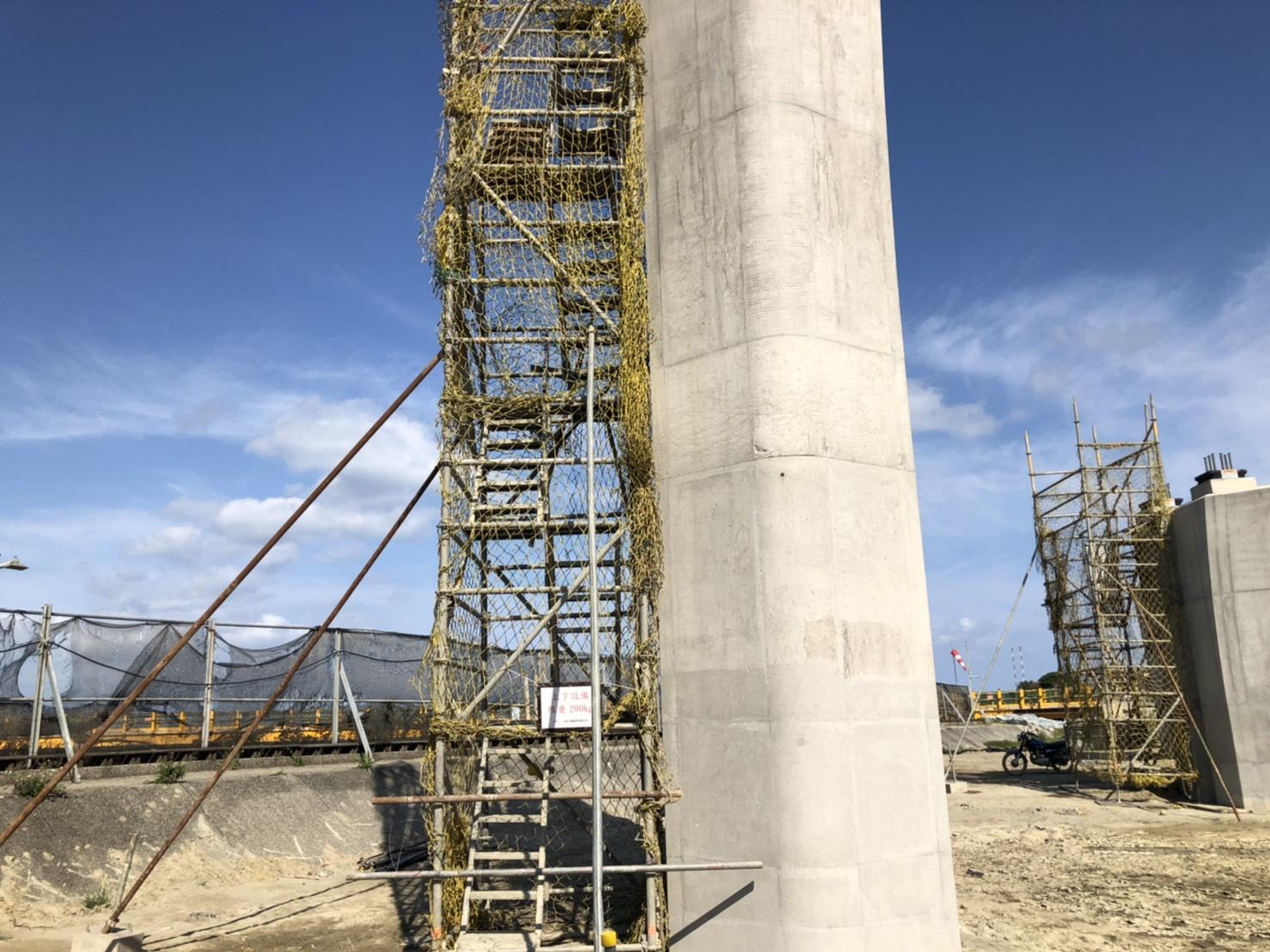 橋樑墩柱施工用之上下設備.