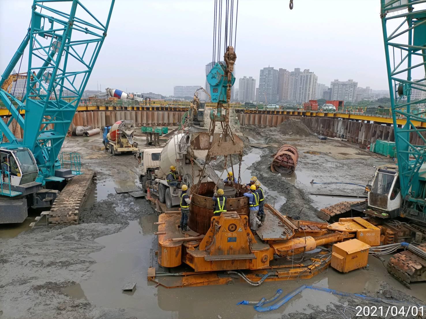 河中段圍堰內全套管基樁工程RC澆置施工作業.
