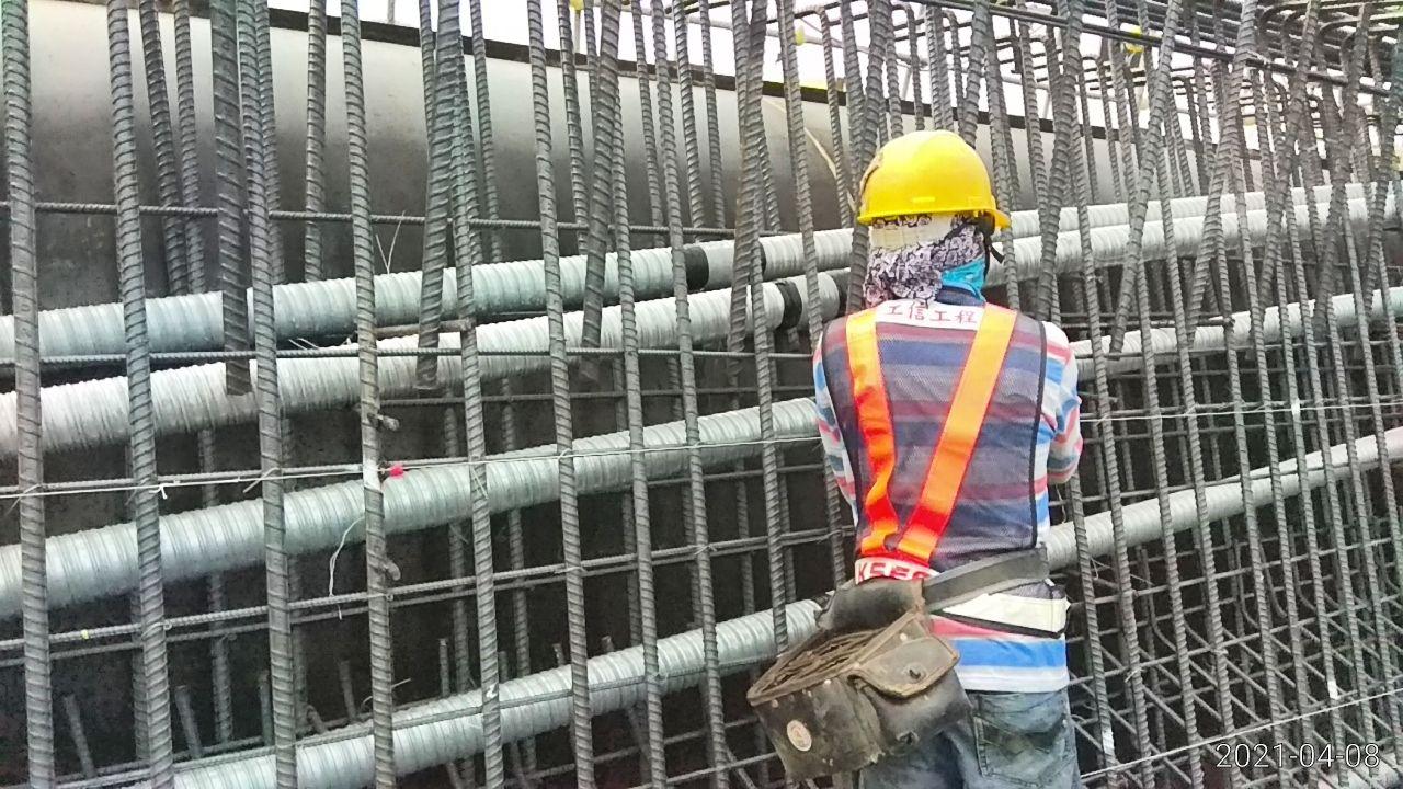 橋面板樑身預力鋼絞線套管安裝排放施作.