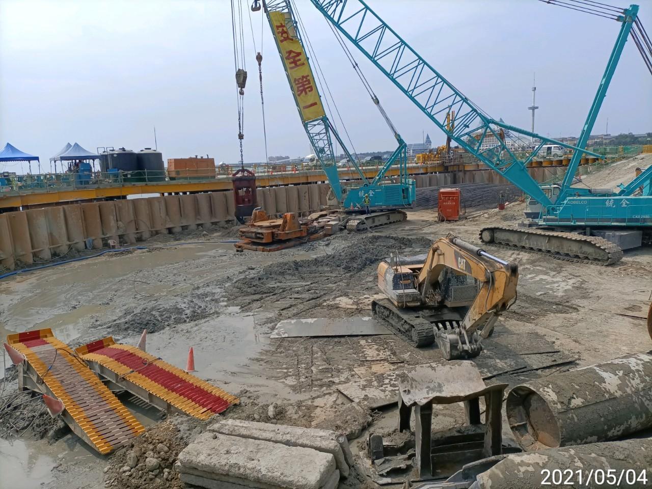河中段主橋塔圍堰內基樁工程施工情況.