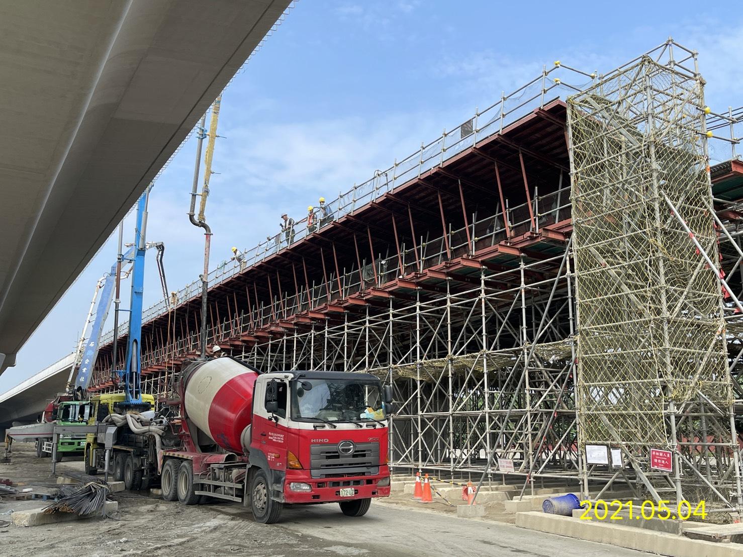 場撐段箱型樑橋面板RC澆置作業.