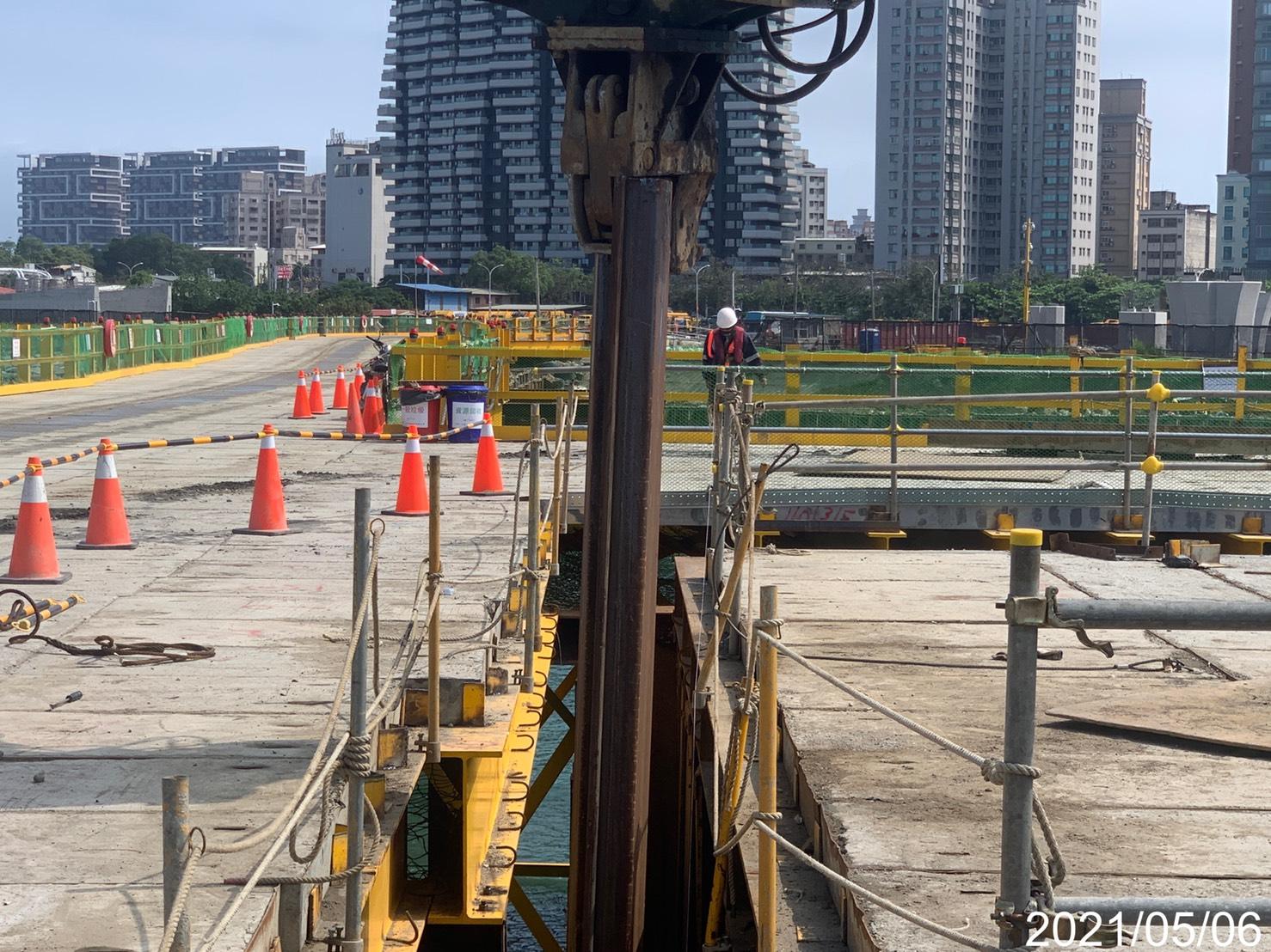 基礎圍堰鋼板樁打設組立.