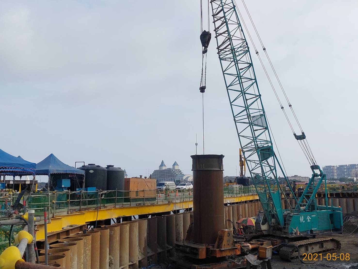 河中段主橋塔之基樁工程管內取土施作情況.