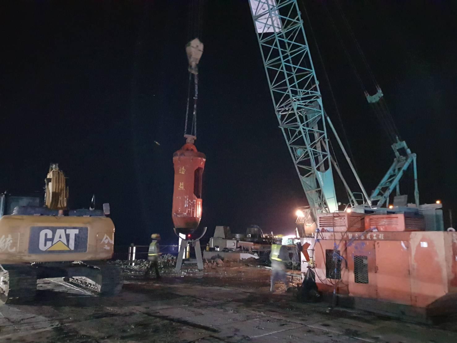 基樁工程套管內鑽掘取土作業.