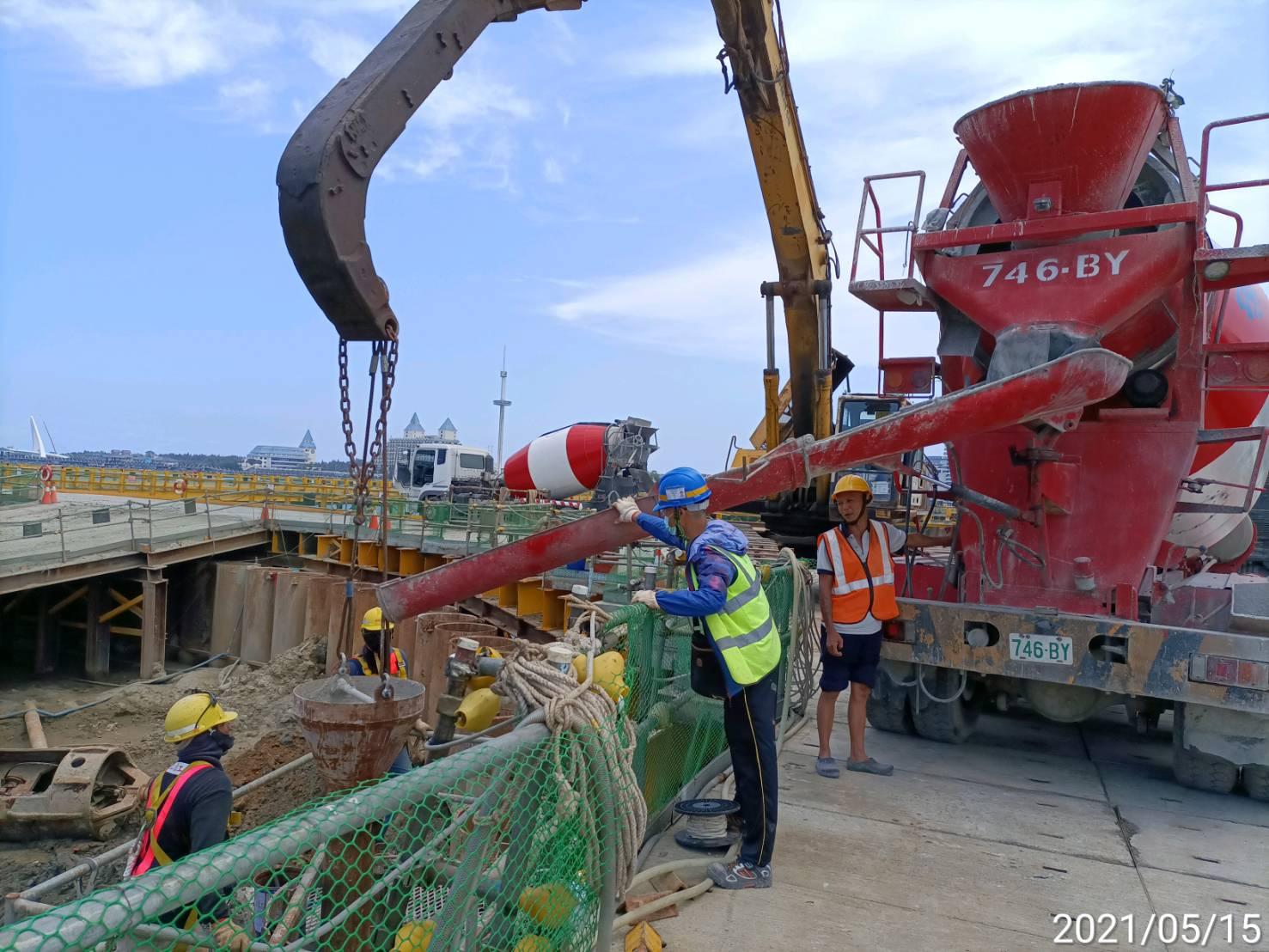河中段鋼管鈑樁管內回填RC之灌漿作業.
