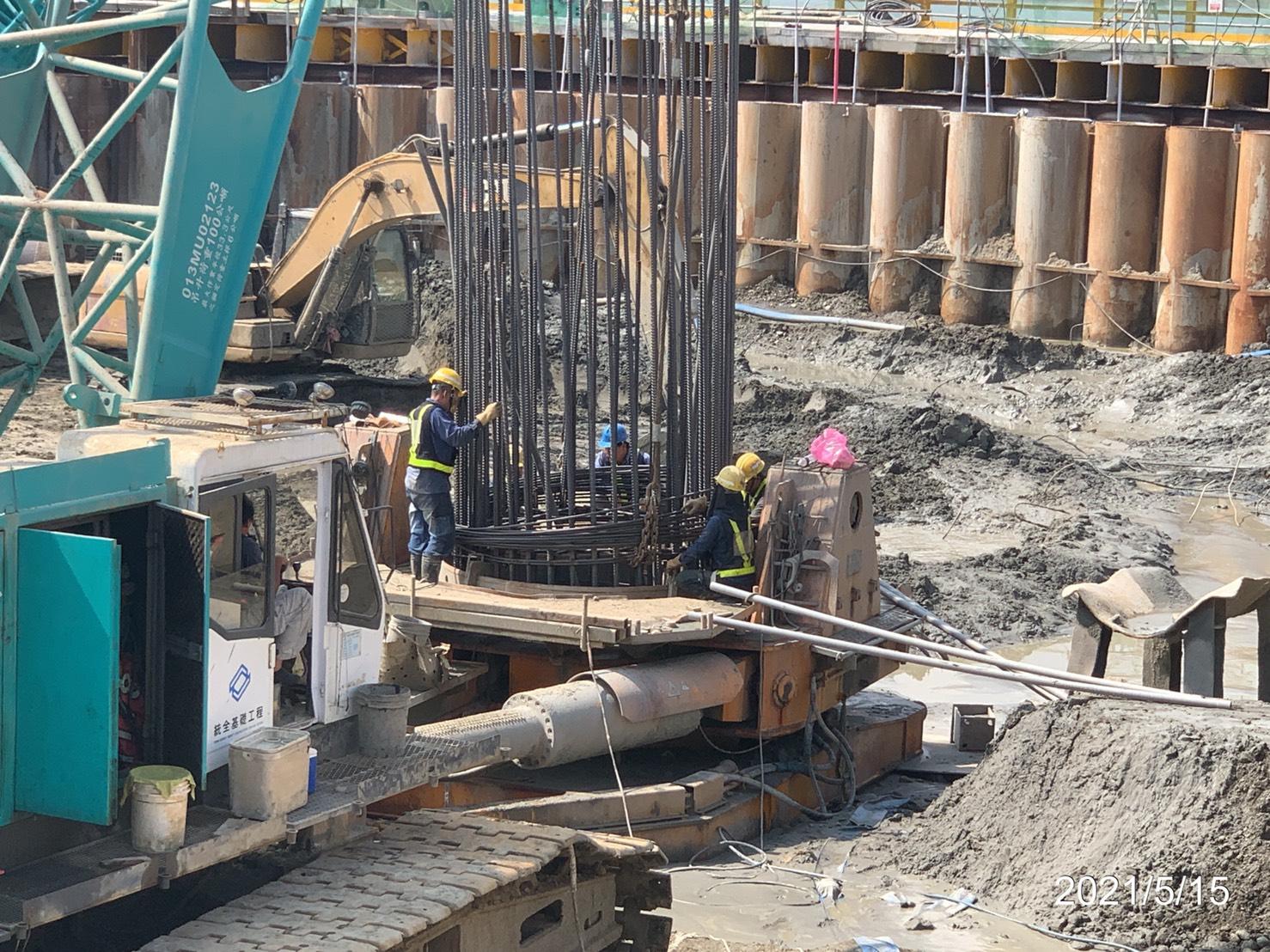 基樁鋼筋籠搭接箍筋焊接作業.