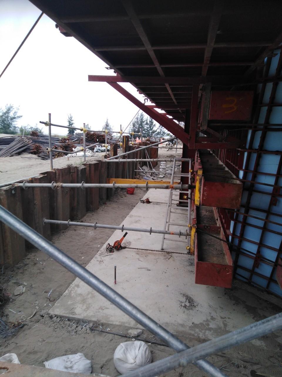 橋墩墩柱帽樑RC澆置之模板支撐情況.