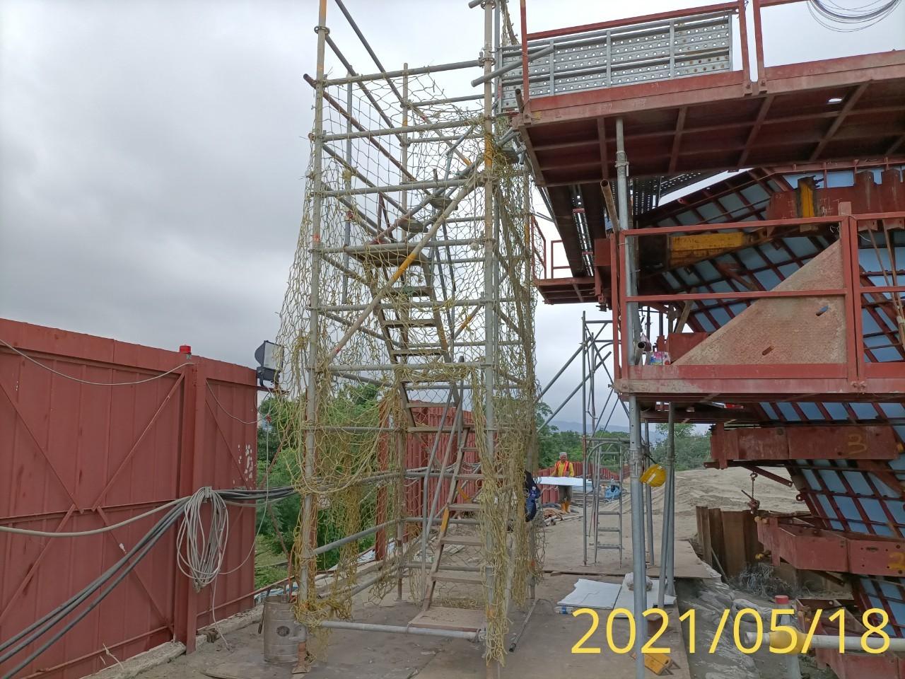 橋墩墩柱帽樑RC澆置施工之人員上下設備.