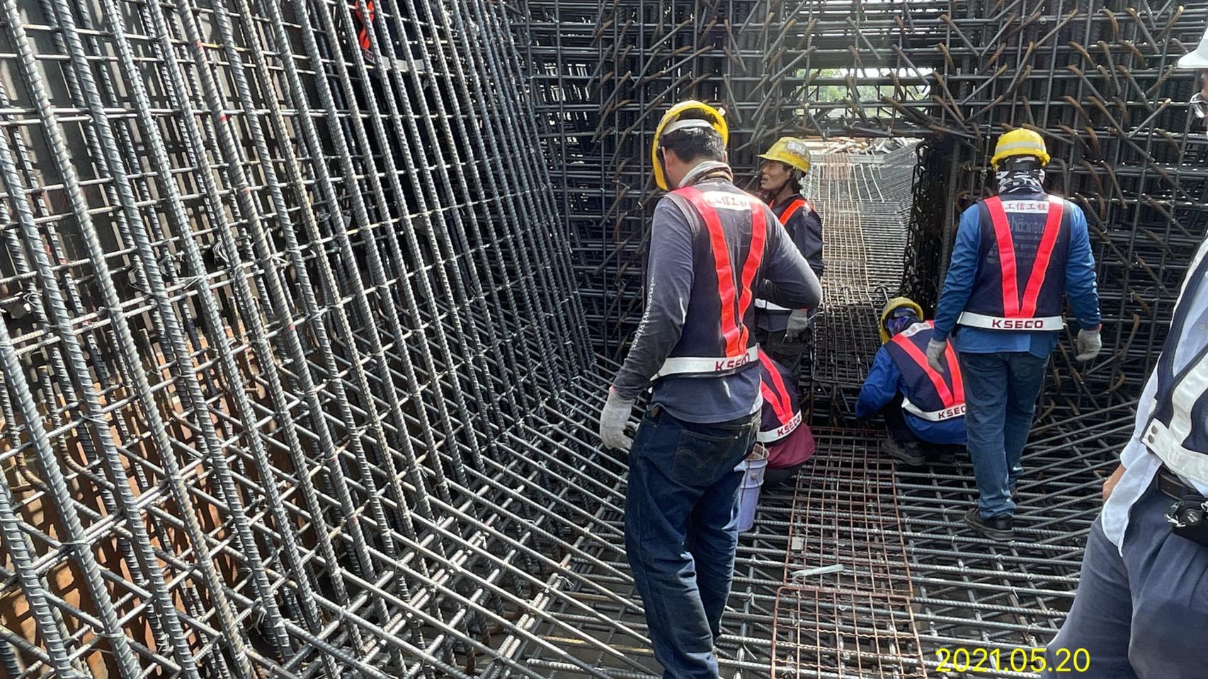 上構箱型樑底.腹板鋼筋綁紮施工.