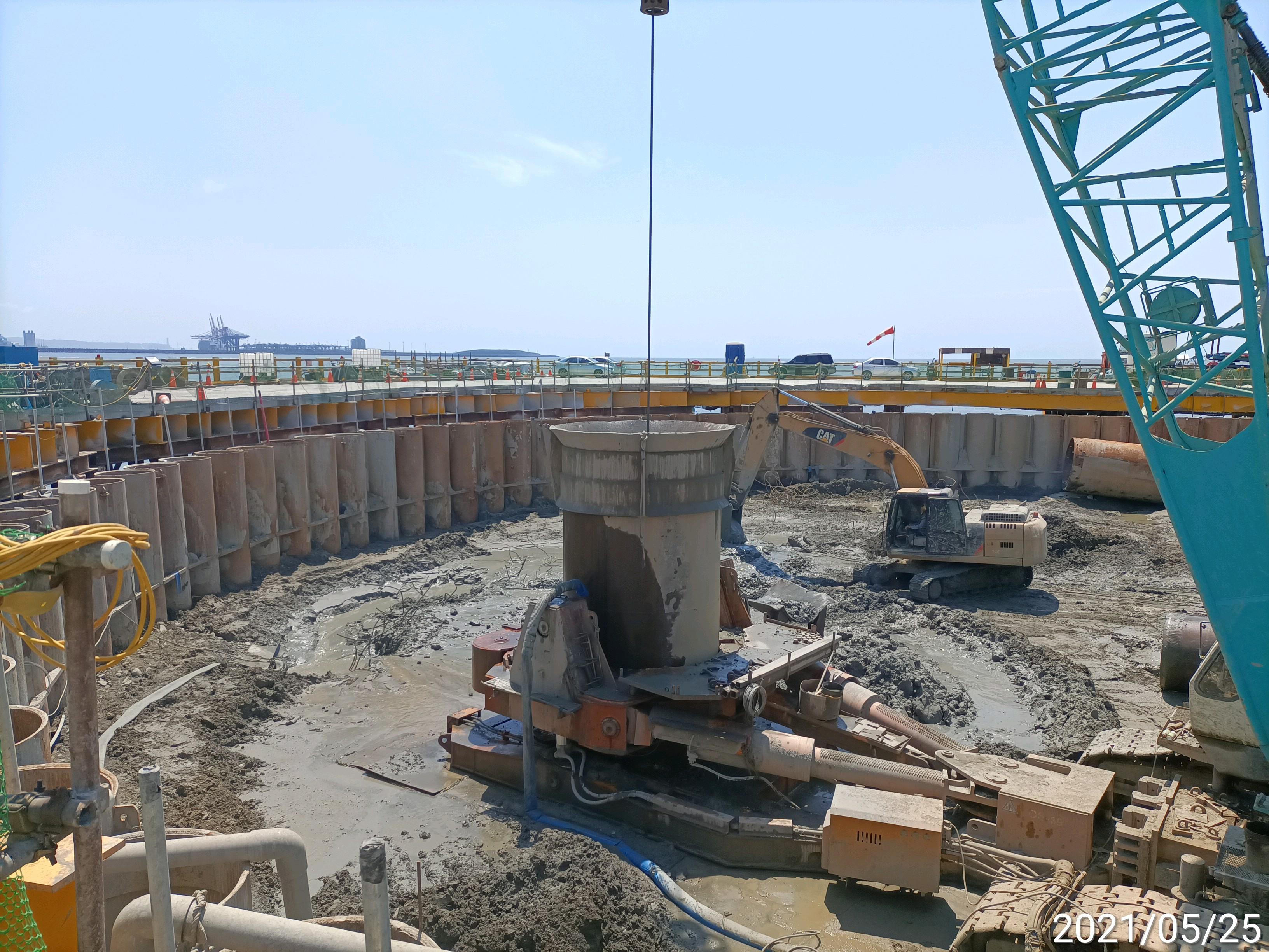 河中段基樁工程套管內取土作業.