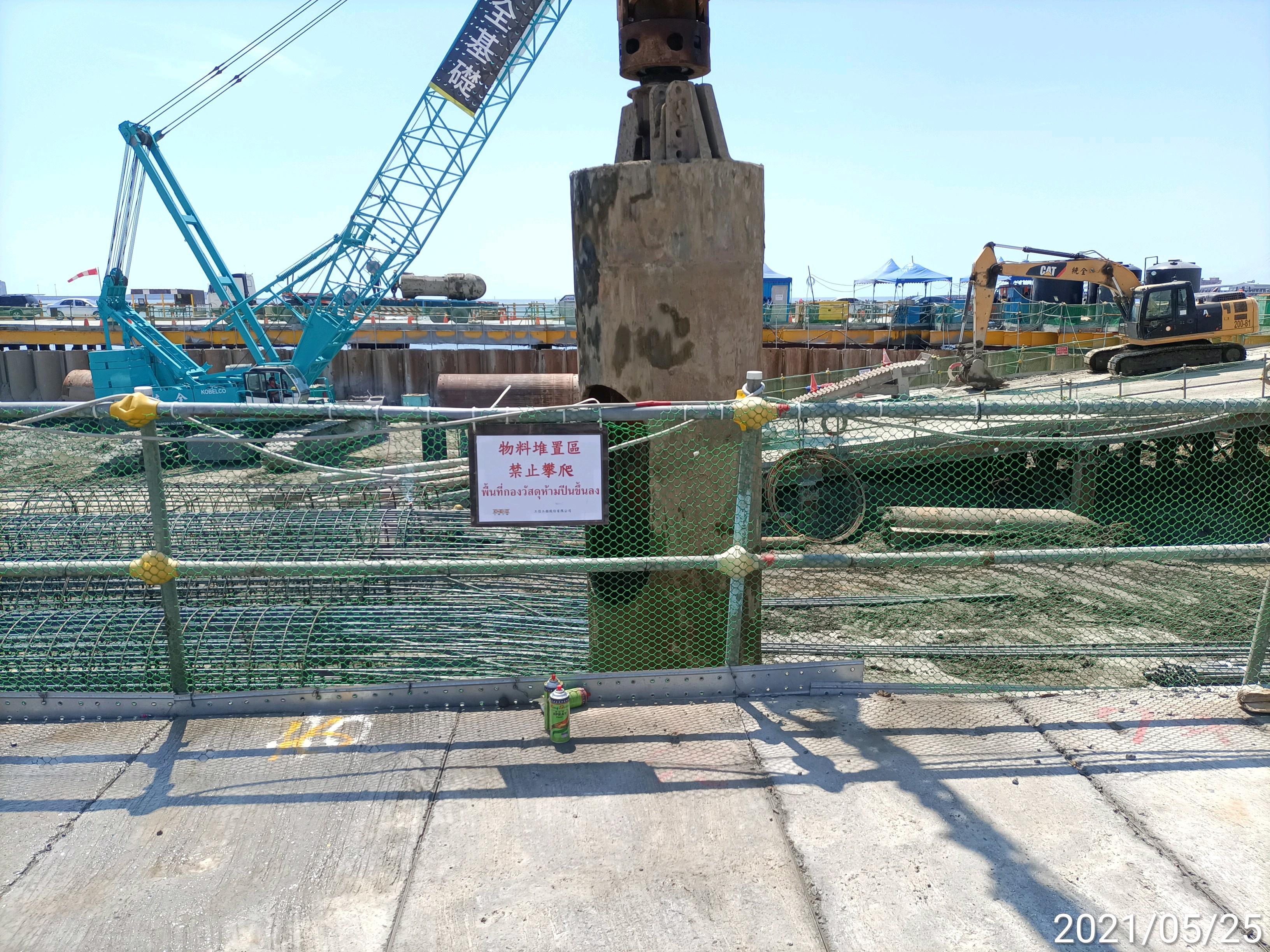 河中段主橋塔基礎圍堰鋼管鈑樁管內取土工程.