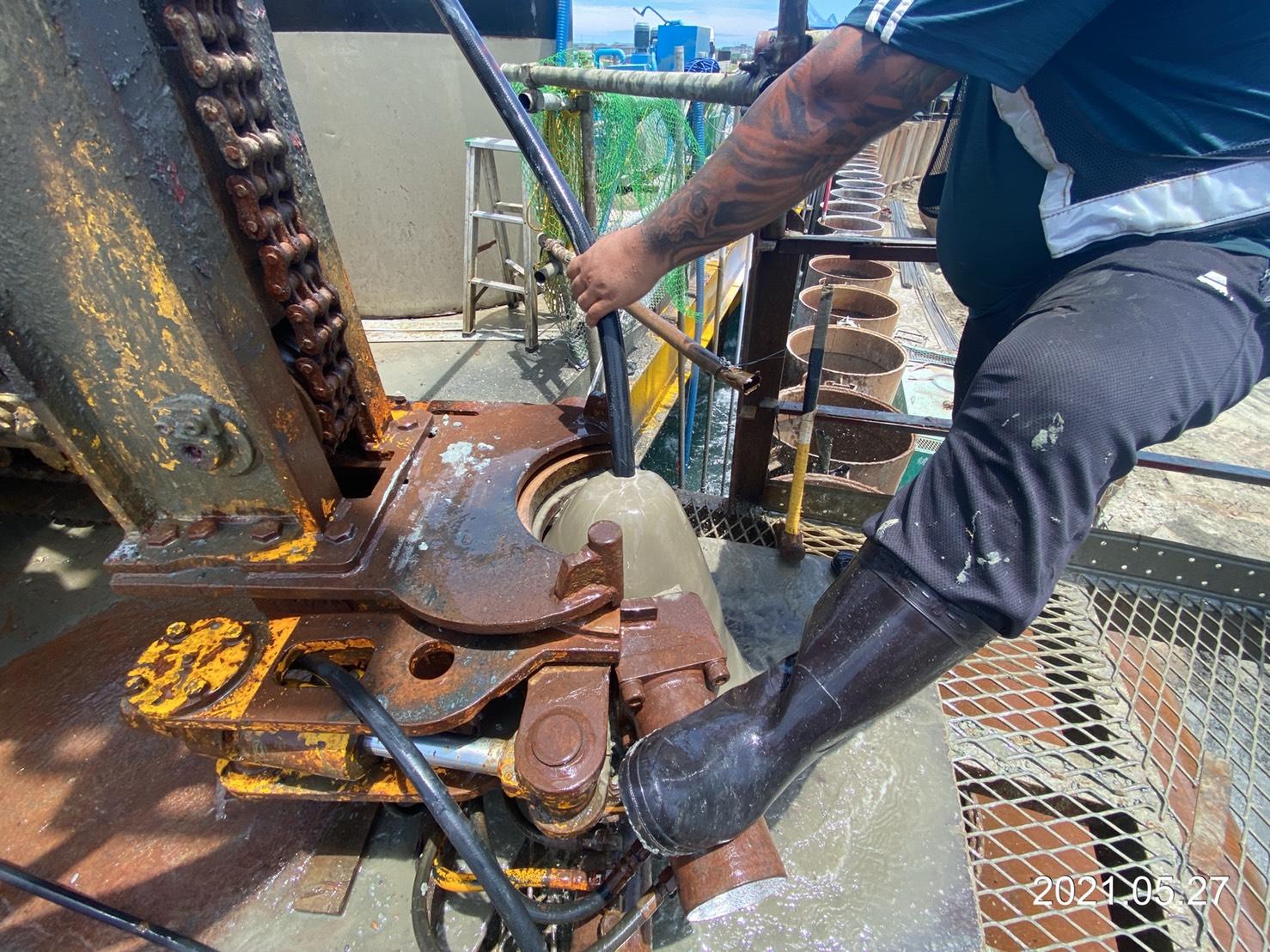 雙環塞低壓灌漿之孔內沖洗作業.