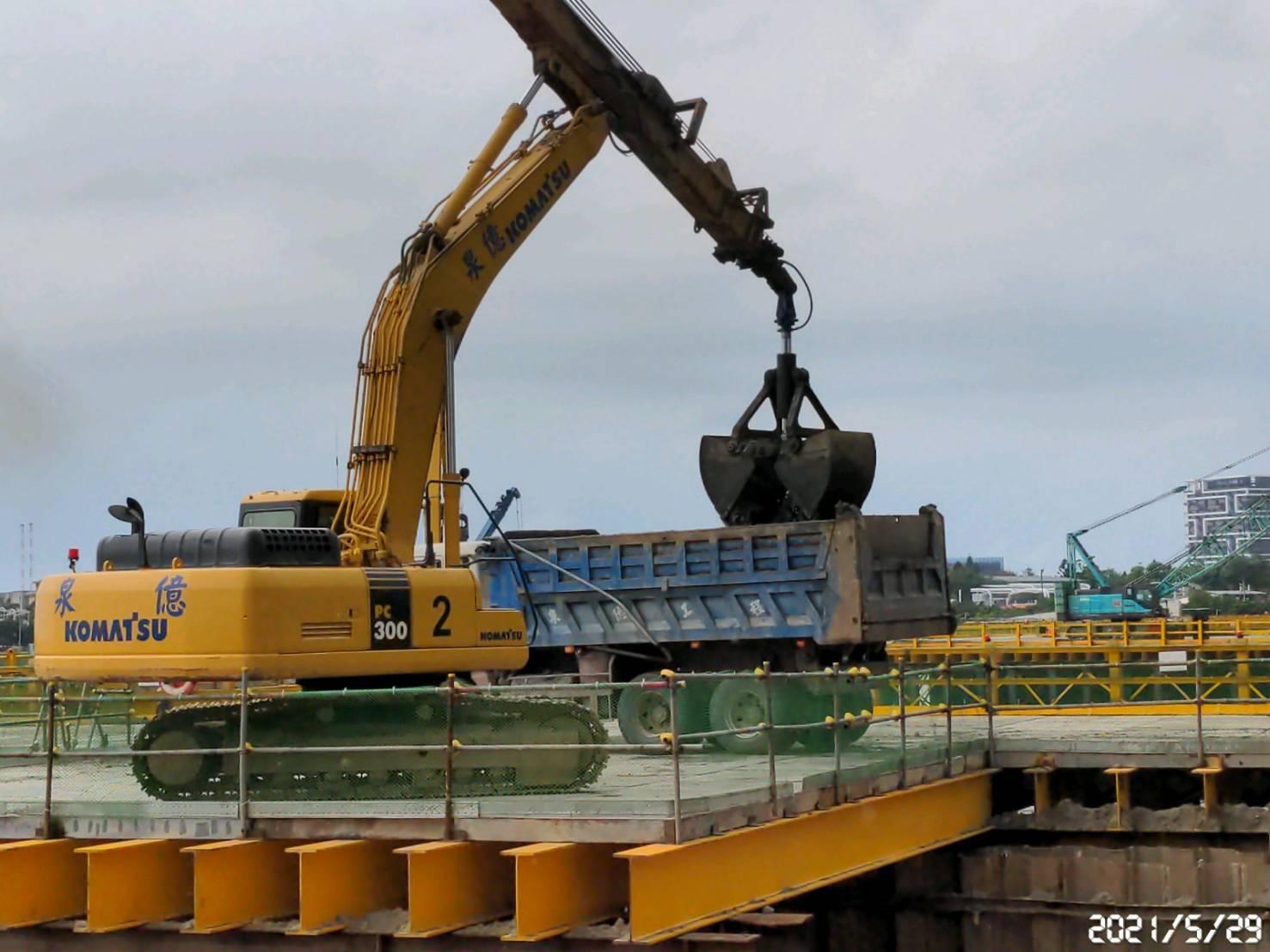 河中段橋墩基礎內降挖取土施工.