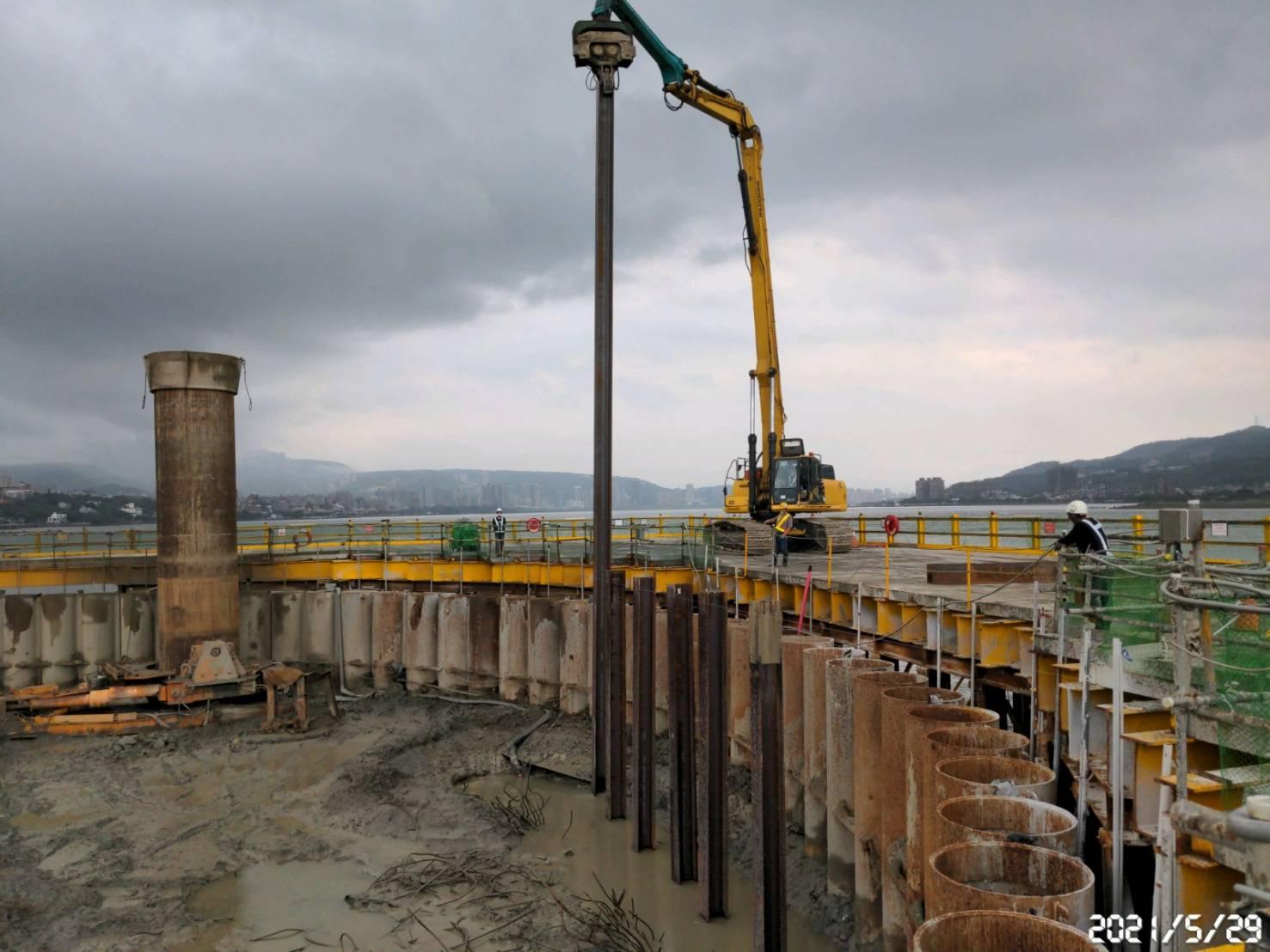 河中段主塔基礎圍堰內之施工便道型鋼立柱打設.