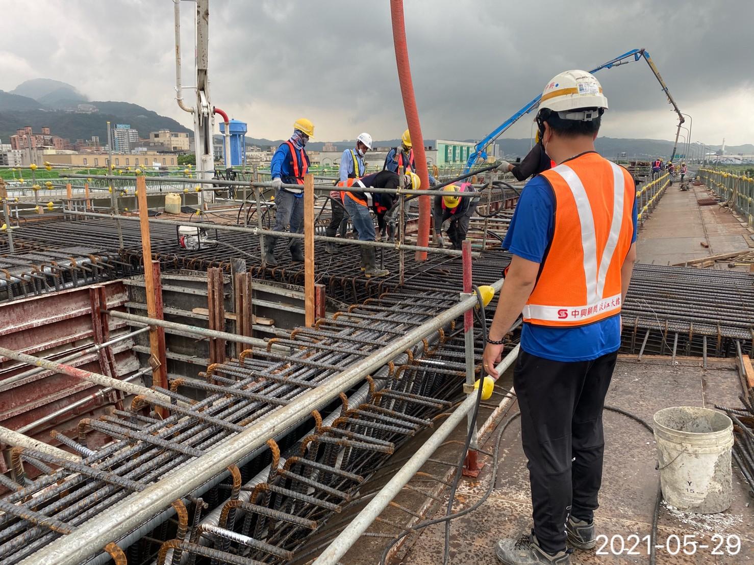 陸上段場撐箱型樑之橋面版RC澆置作業.
