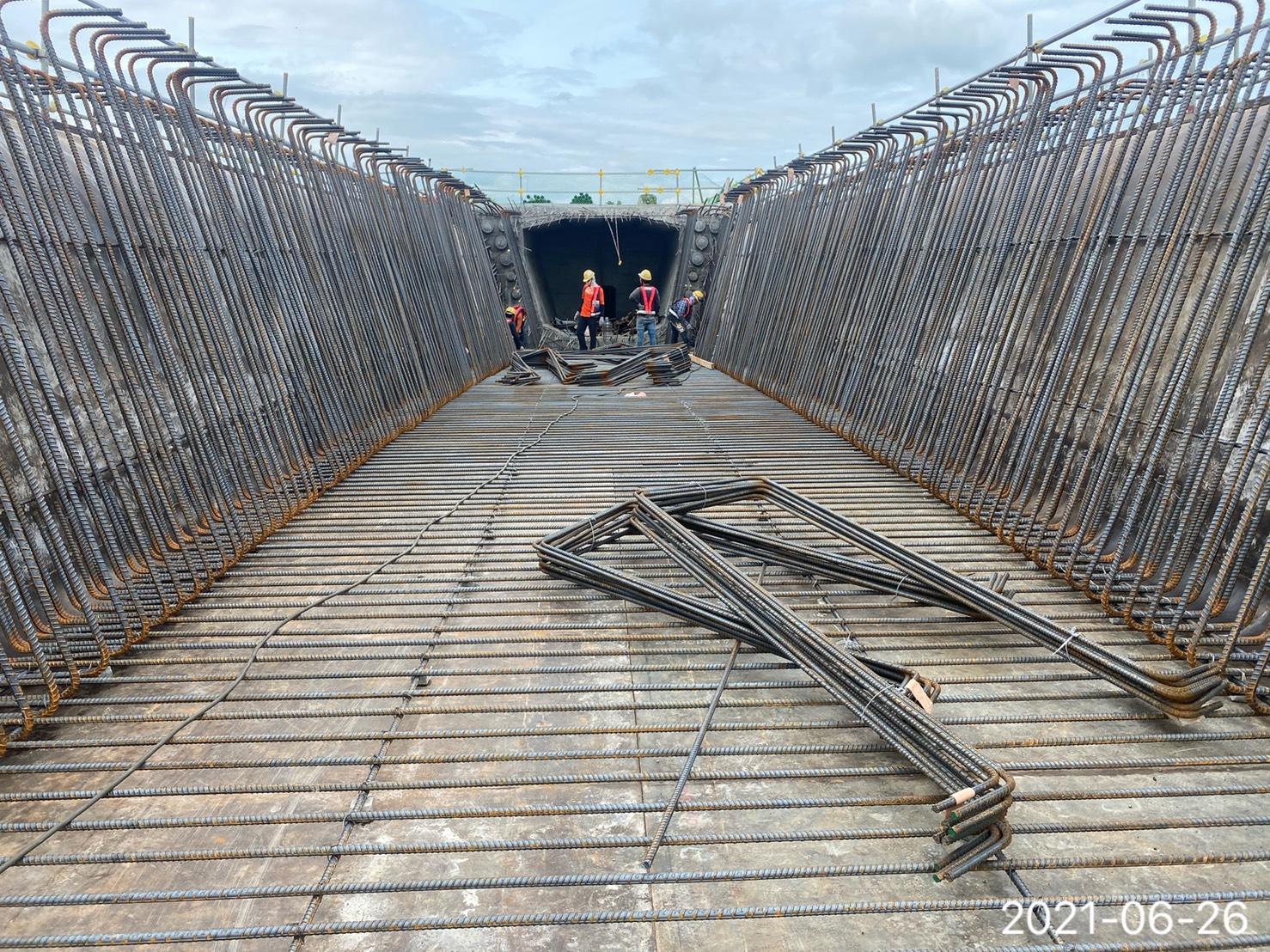 上構箱型樑底腹版鋼筋組立.