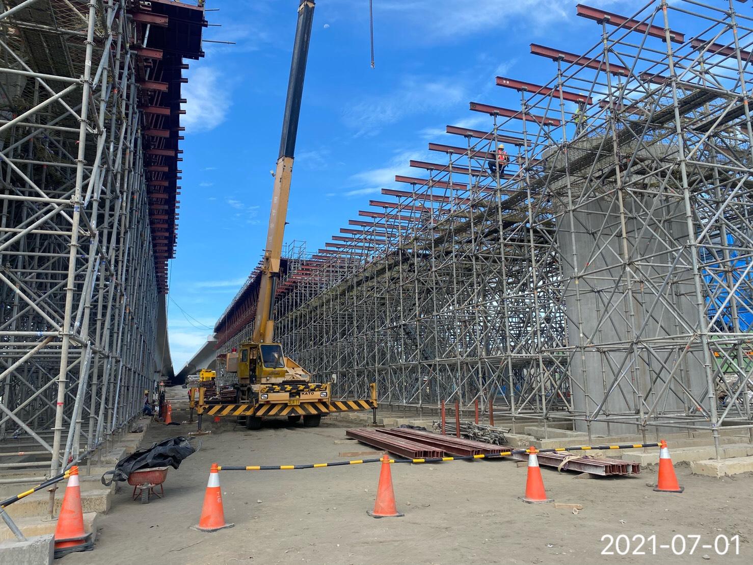 橋樑上構箱型樑支撐架吊裝作業.
