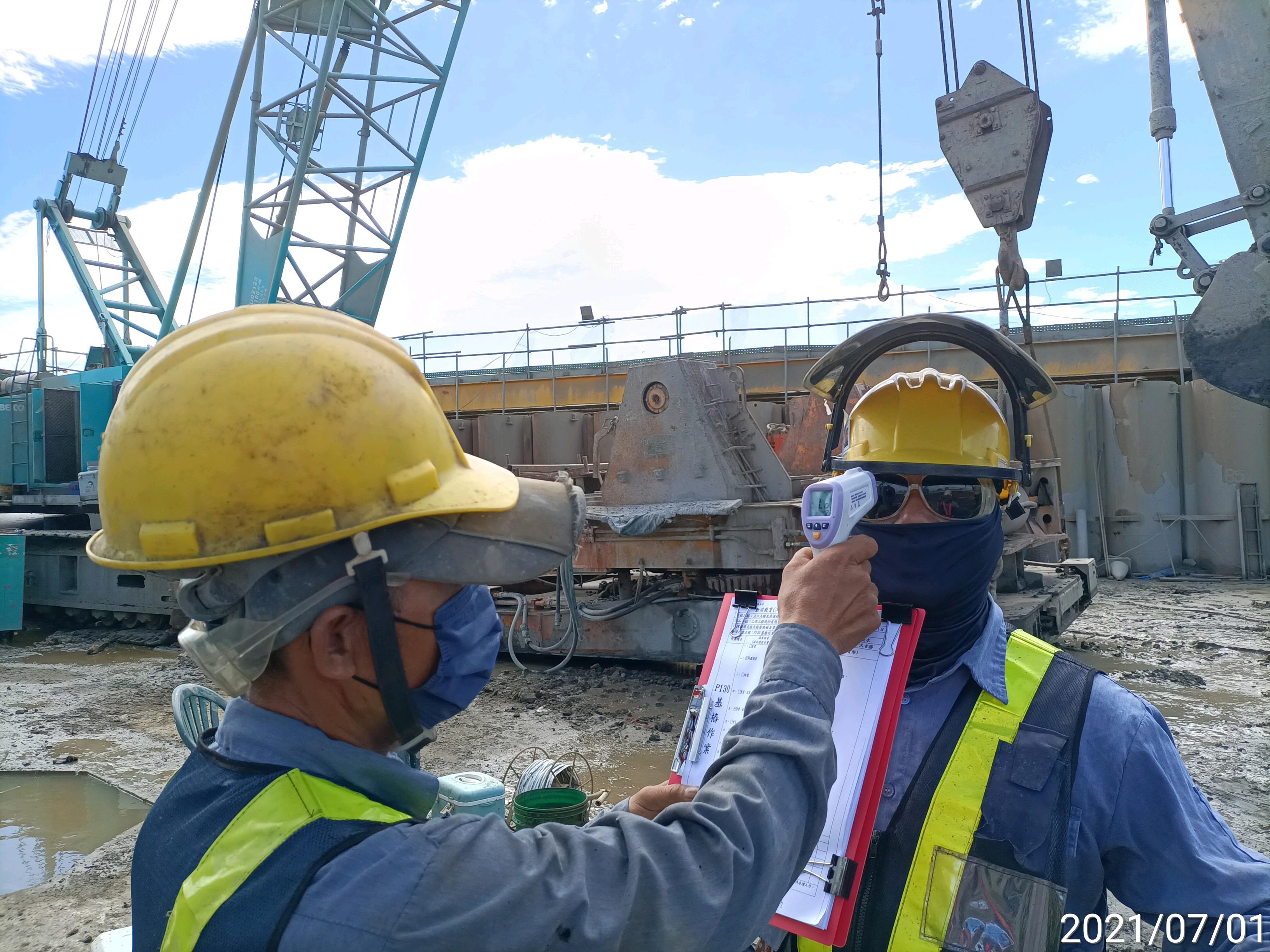 工作人員上工前實施體溫量測作業.